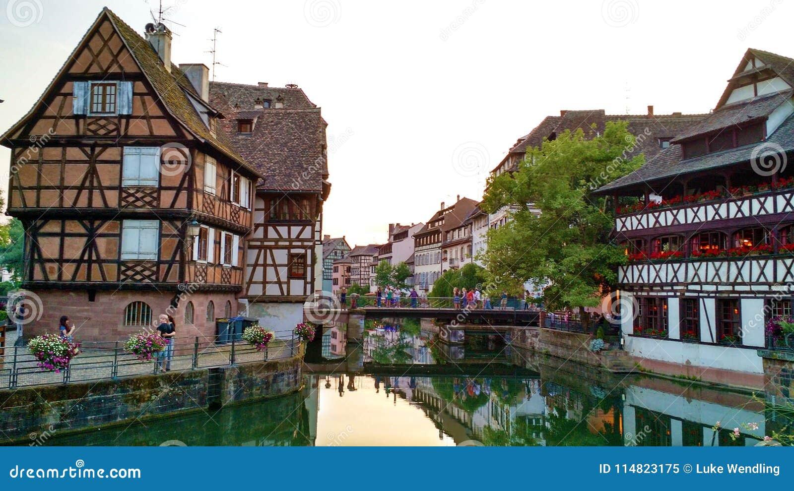 Petite France -Gebäude und -reflexion