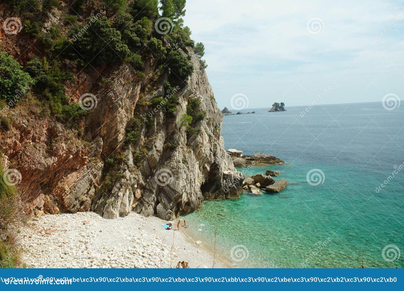 Petite lagune entourée par des montagnes, vue colorée de la plage