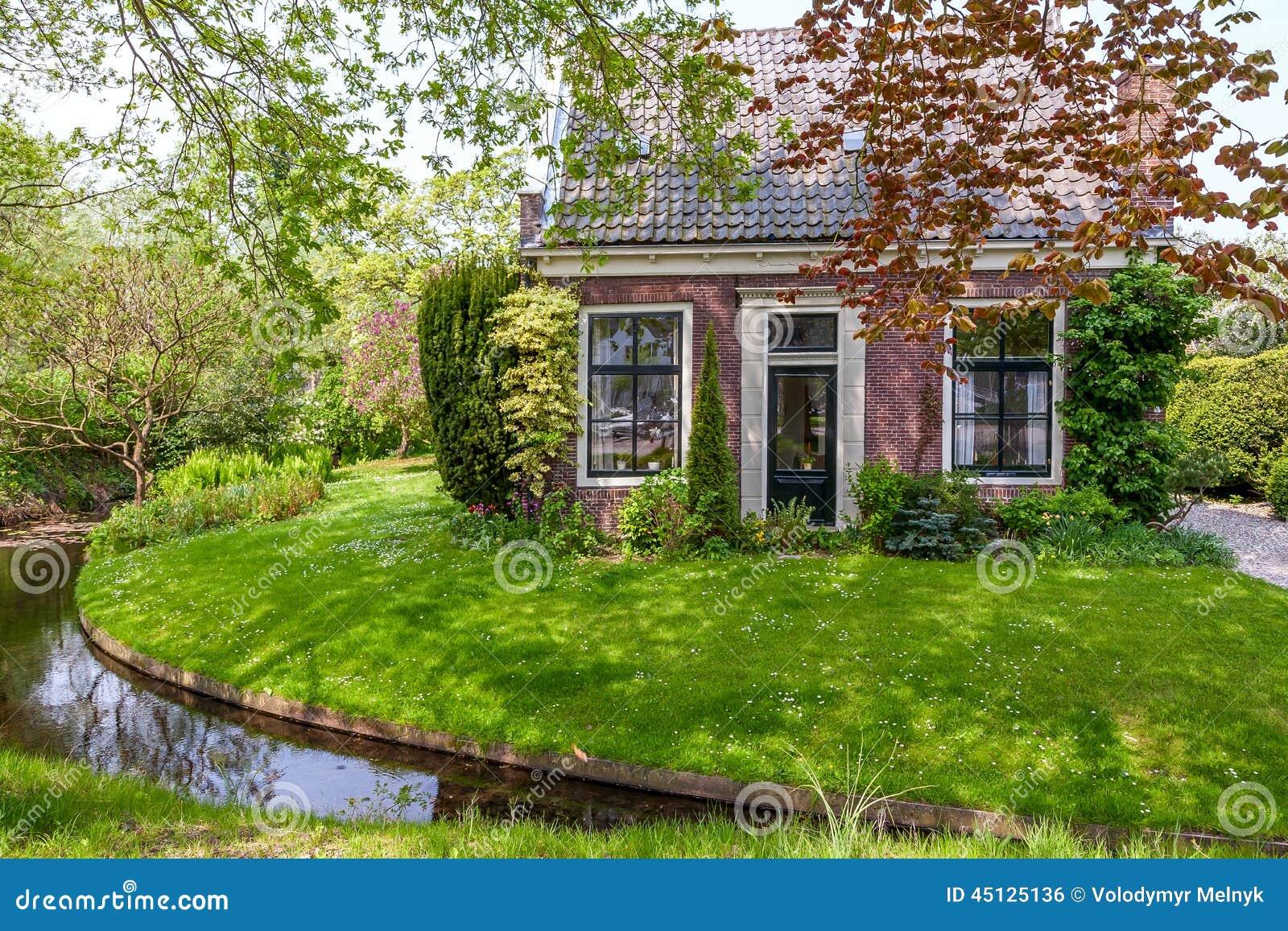 petite maison avec du charme aux pays bas photo stock image 45125136. Black Bedroom Furniture Sets. Home Design Ideas