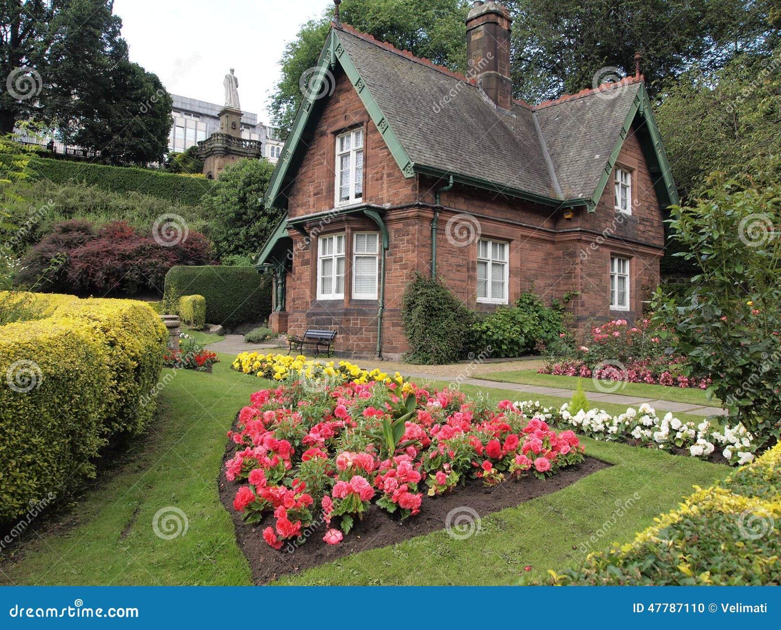 Petite maison dans le jardin photo stock image 47787110 - Petit jardin maison ...