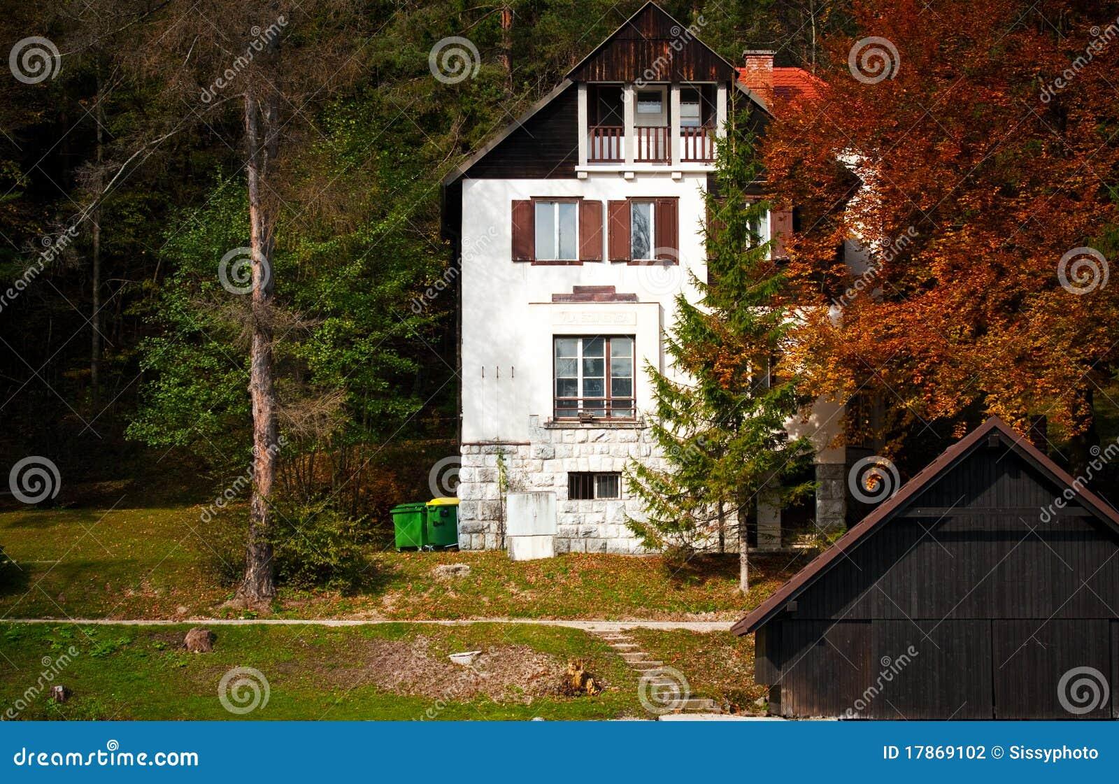 petite maison de campagne photo stock image du paisible 17869102. Black Bedroom Furniture Sets. Home Design Ideas