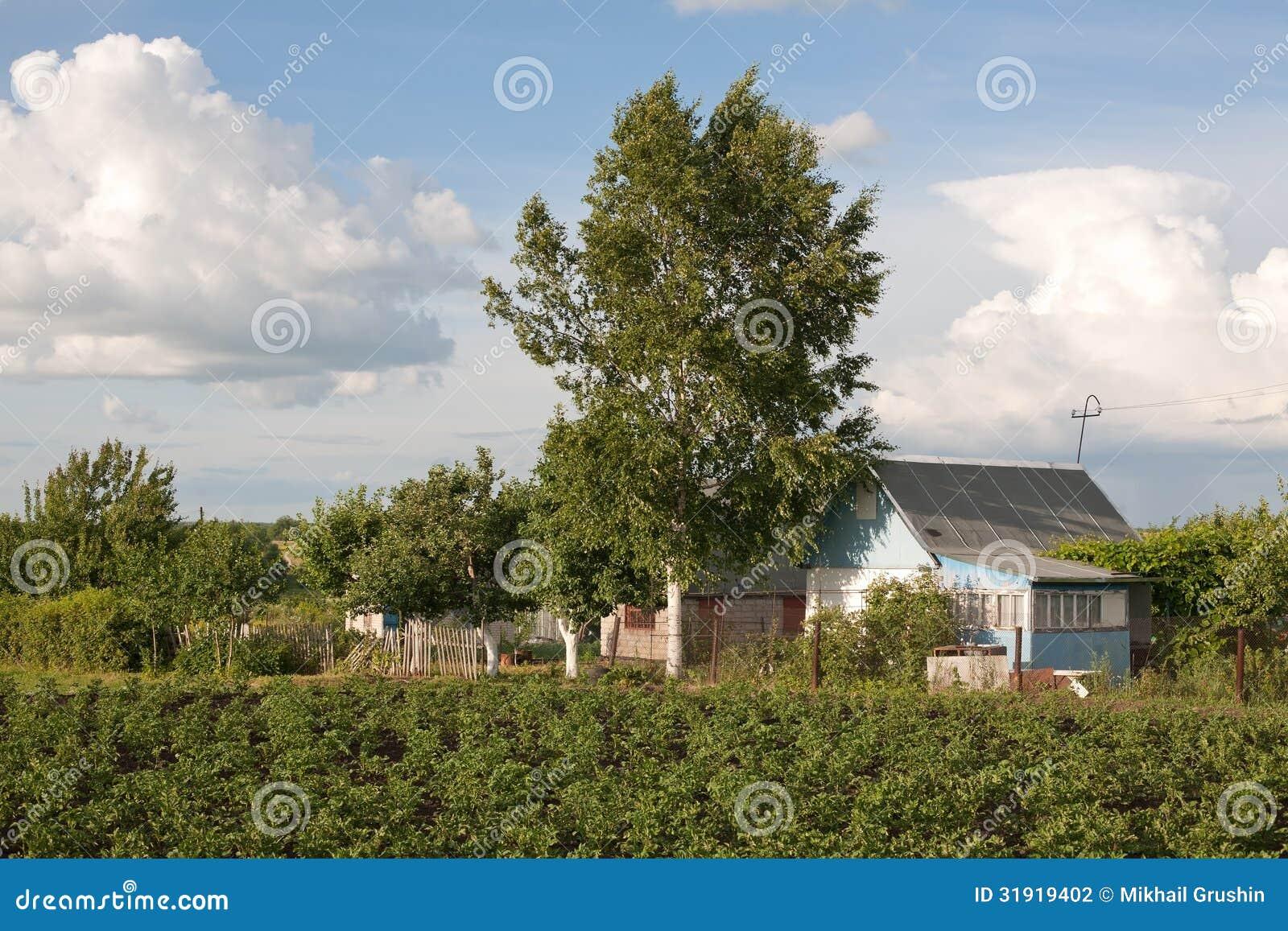 petite maison de campagne russe photo stock image du zone ciel 31919402. Black Bedroom Furniture Sets. Home Design Ideas
