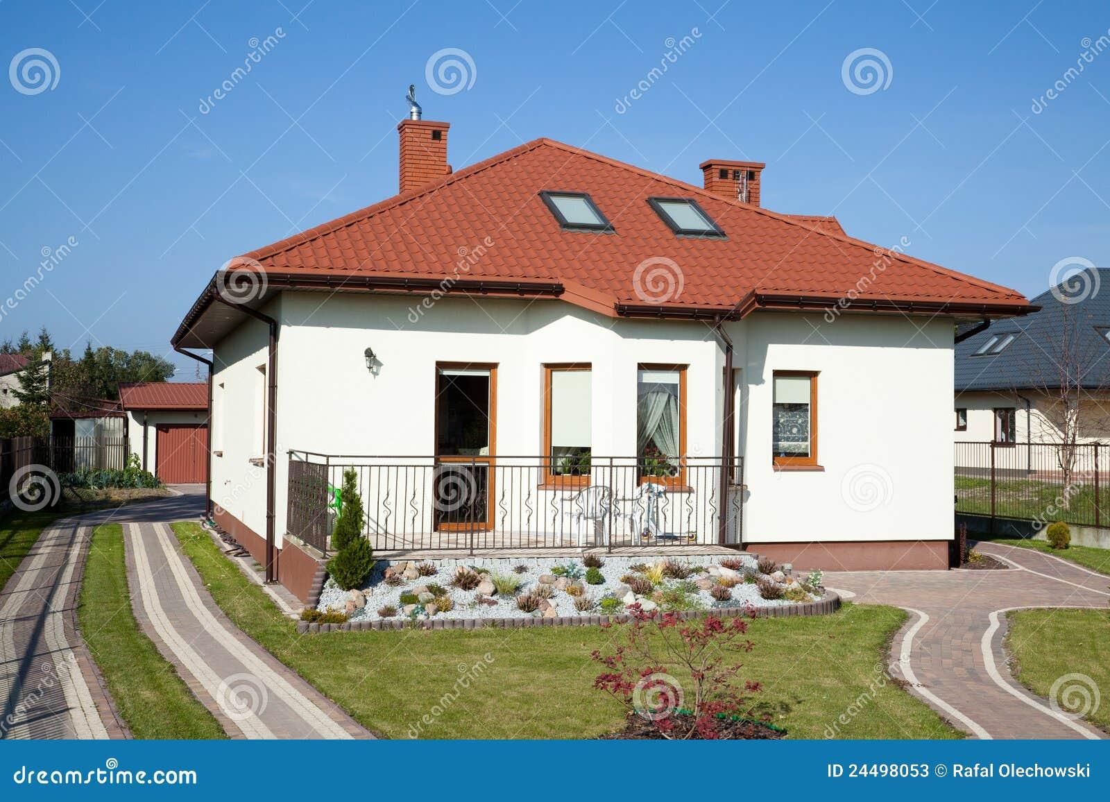 Petite maison de famille dans la couleur blanche image - La maison de la couleur ...