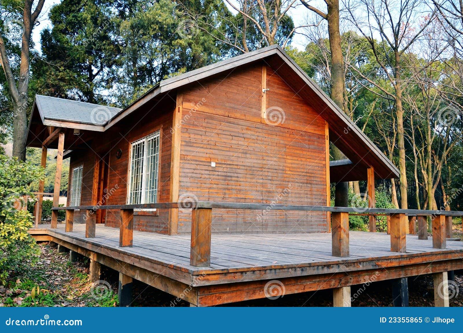 Petite Maison En Bois Photo libre de droits - Image: 23355865