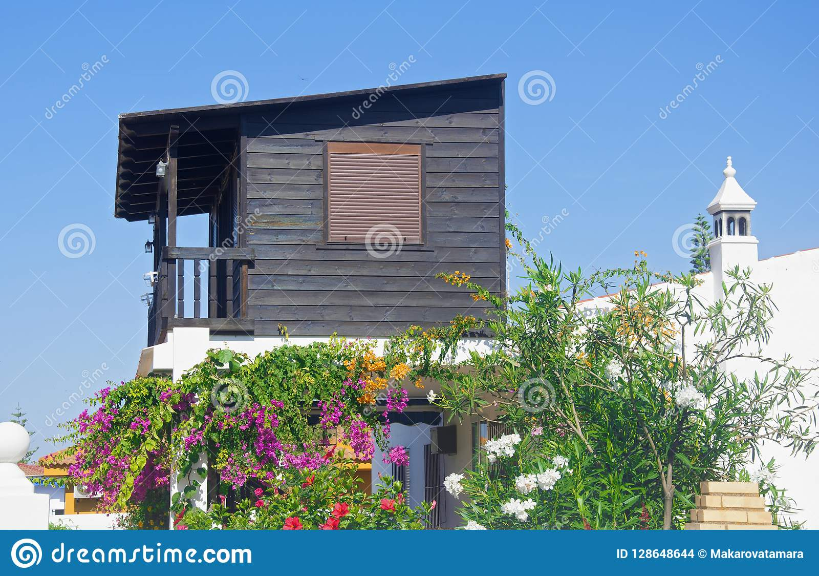 petite maison en bois avec des fleurs photo stock image. Black Bedroom Furniture Sets. Home Design Ideas