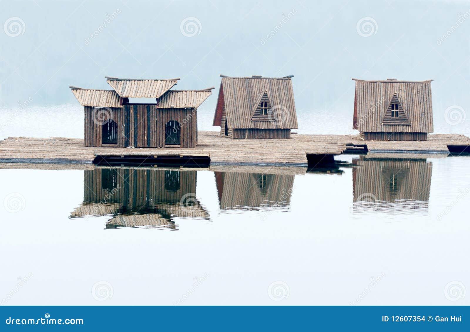petite maison en bois sur l 39 eau images stock image 12607354. Black Bedroom Furniture Sets. Home Design Ideas