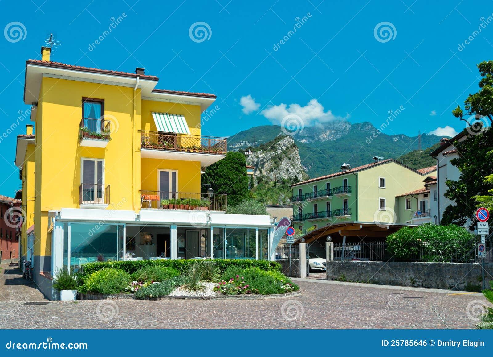 petite maison jaune de banlieue photo stock image du entr e home 25785646. Black Bedroom Furniture Sets. Home Design Ideas
