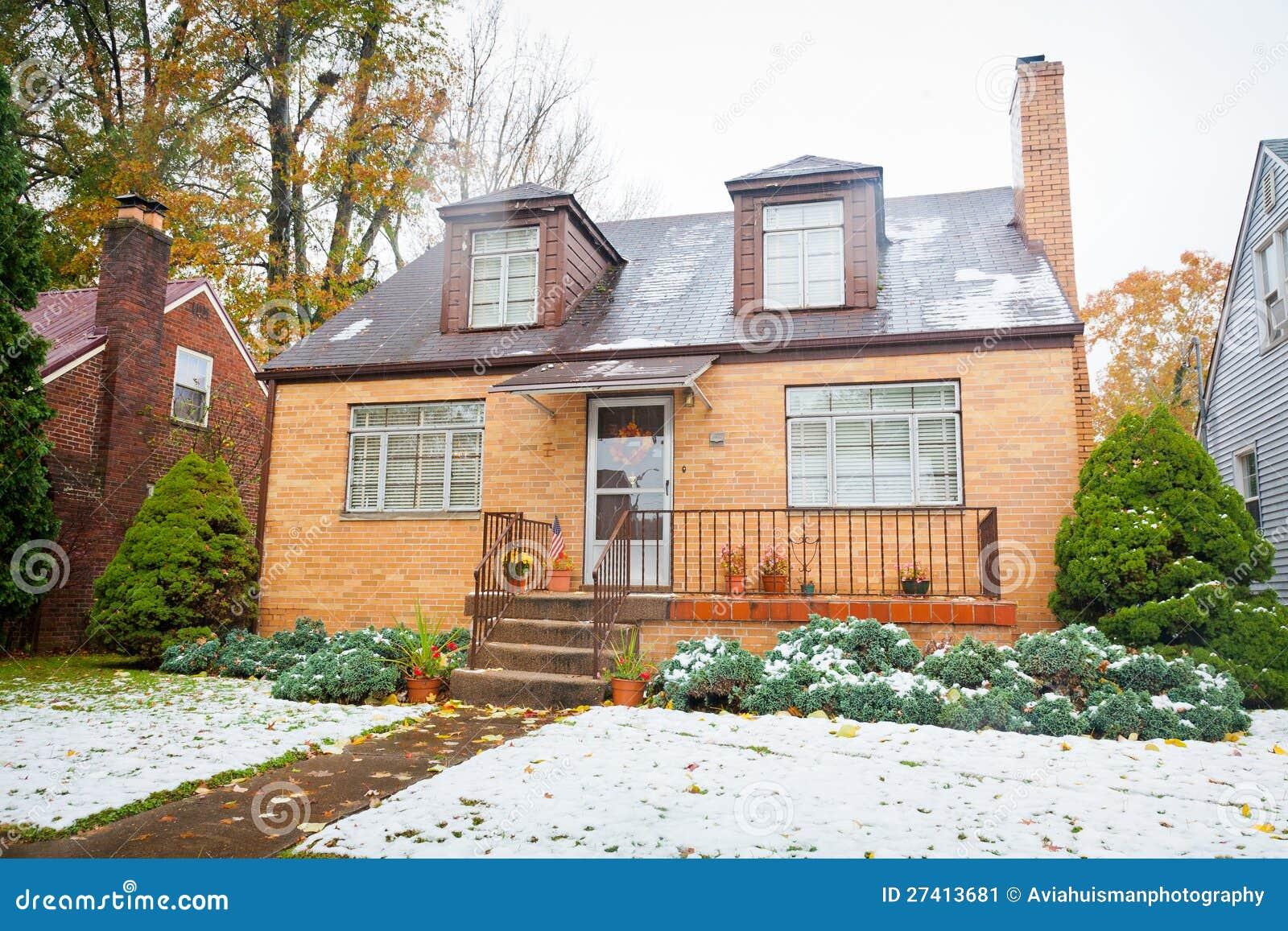 Petite maison jaune de brique image stock image 27413681 for Construction de petite maison