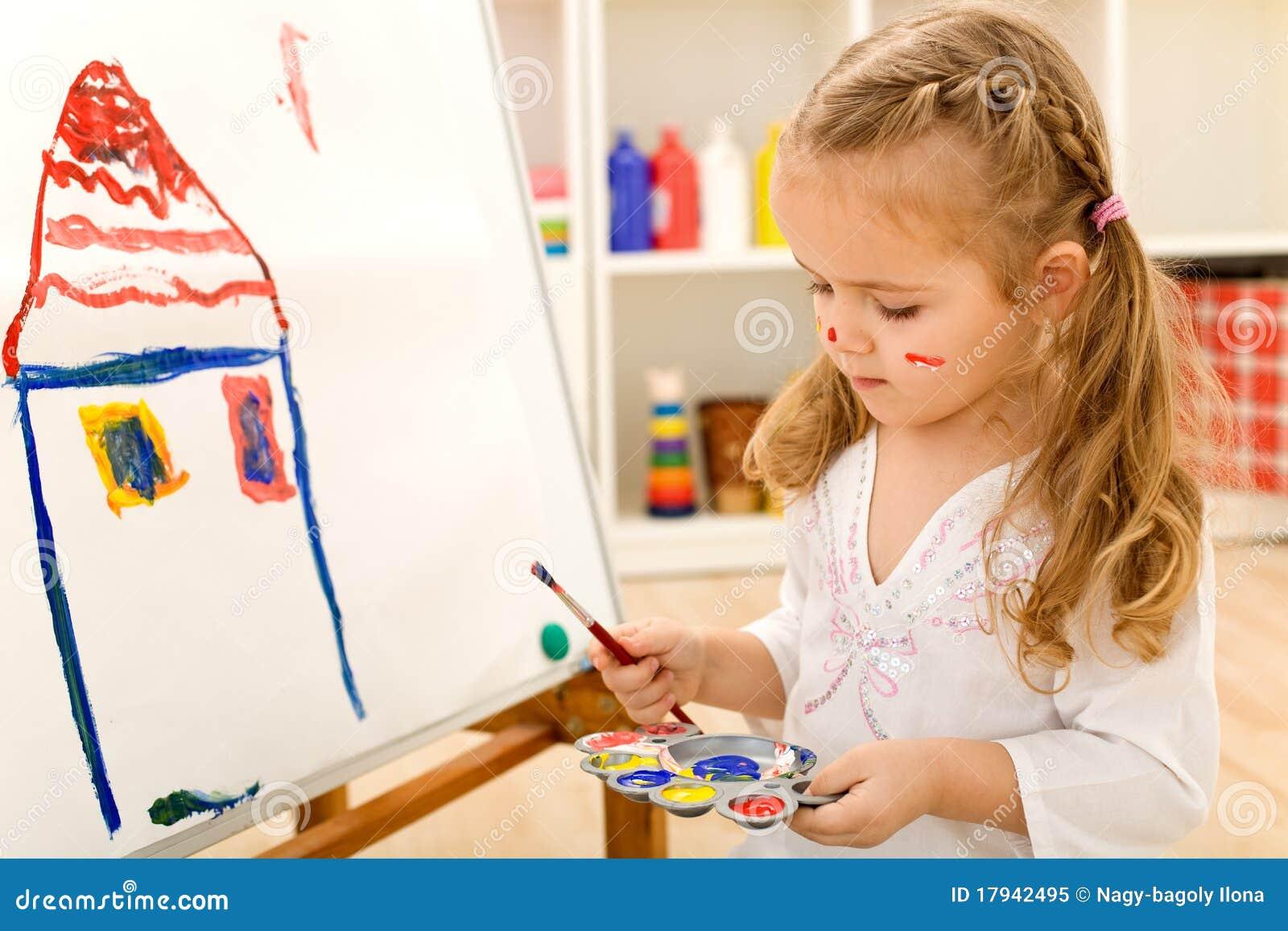 petite peinture de fille d 39 artiste sur la toile de grand papier photo libre de droits image. Black Bedroom Furniture Sets. Home Design Ideas
