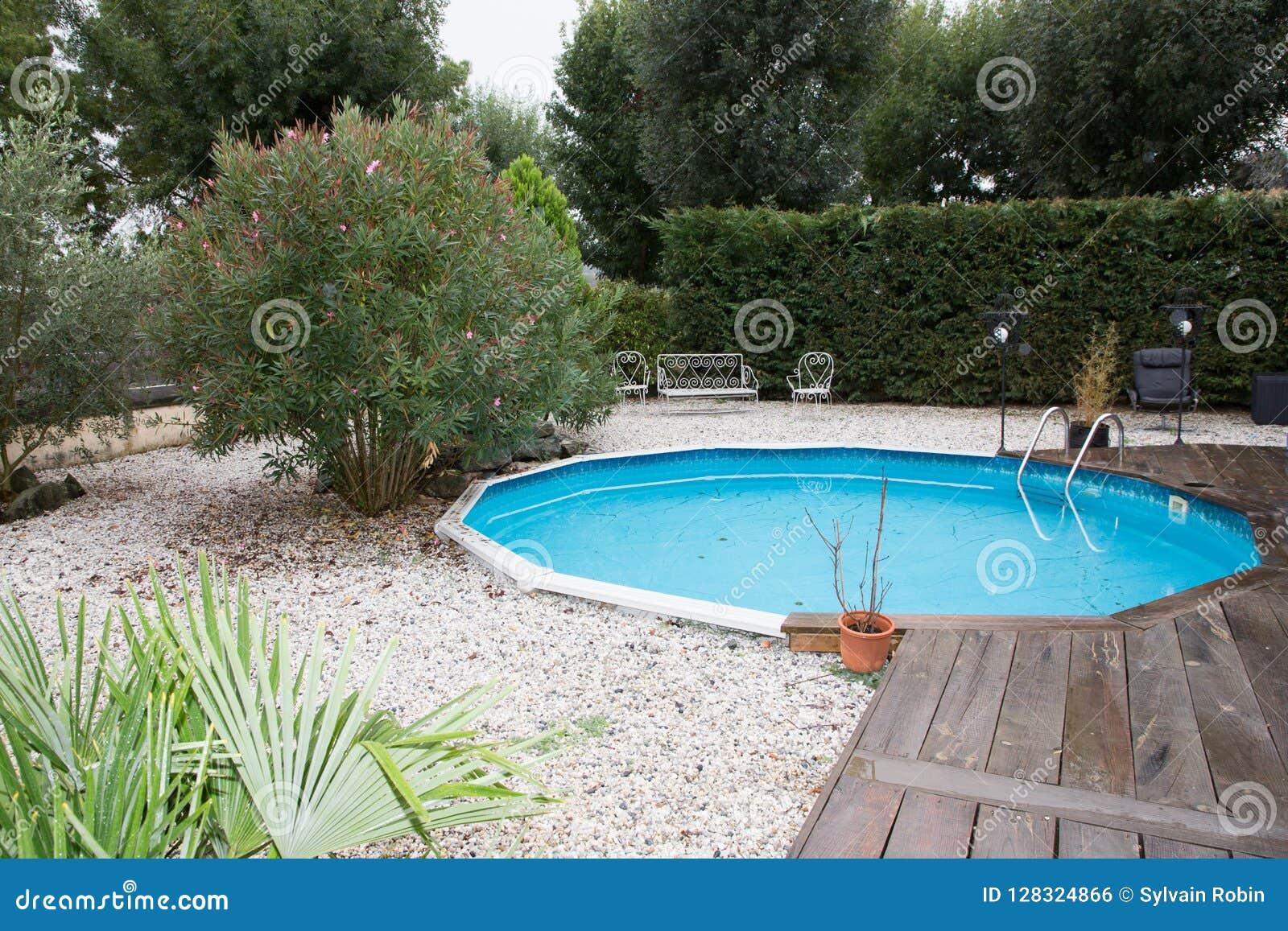 Mini Piscine Petit Jardin petite piscine ronde dans le jardin photo stock - image du