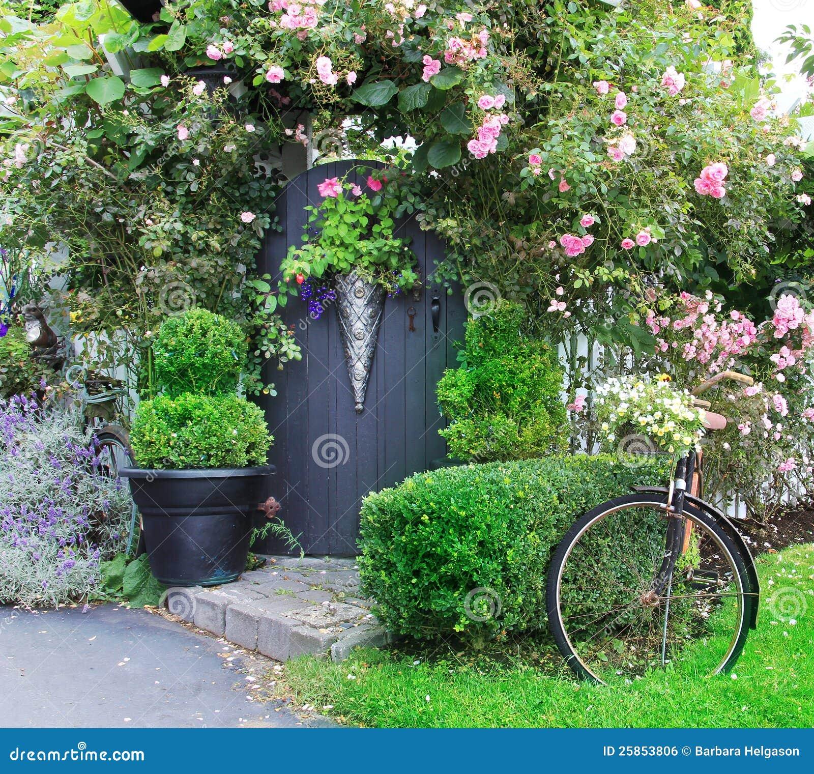 Petite porte de jardin avec du charme photo stock image du bicyclette roses 25853806 - Porte de jardin ...