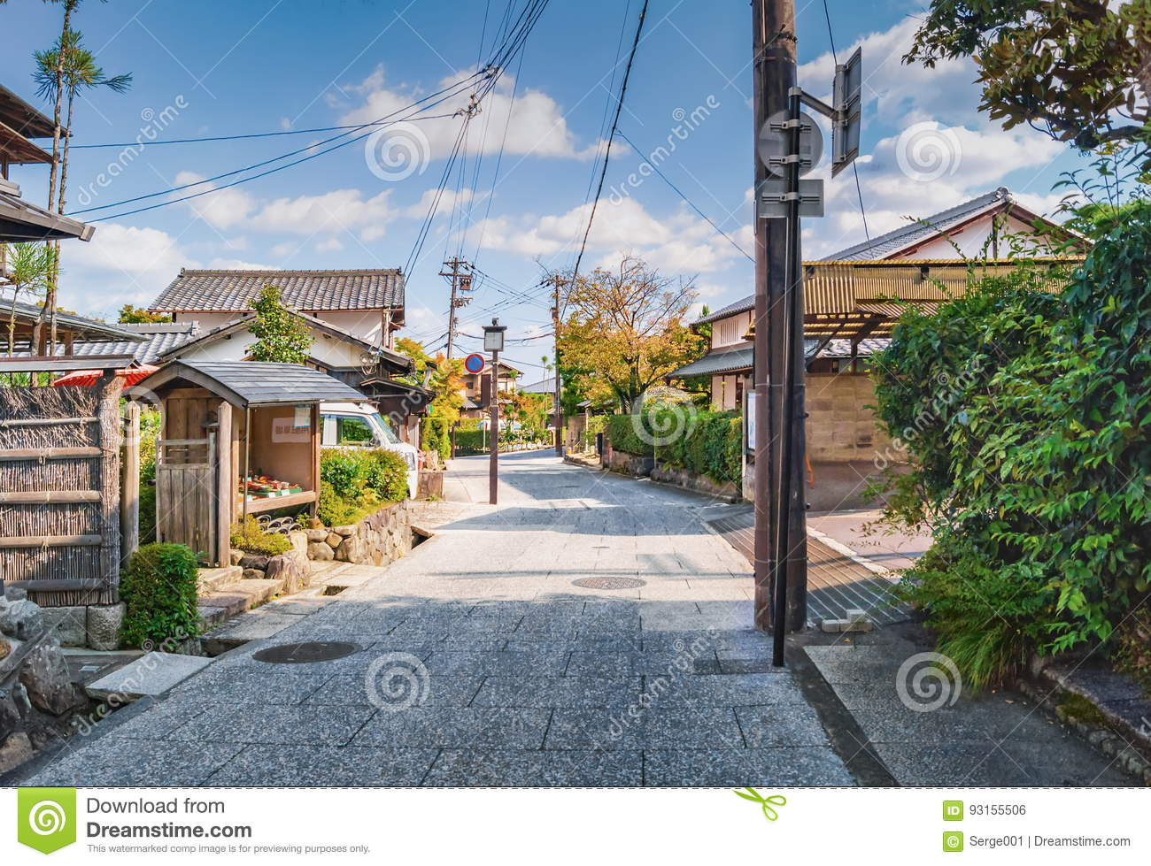 petite rue japonaise traditionnelle dans la banlieue de kyoto photo stock image du route. Black Bedroom Furniture Sets. Home Design Ideas