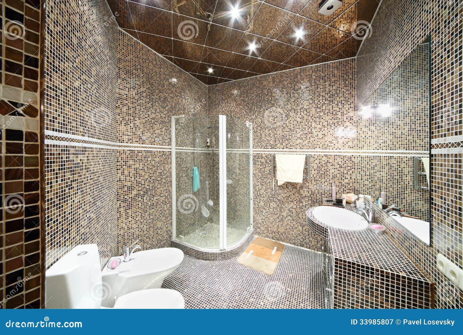 petite salle de bains avec l 39 unit de douche photographie stock libre de droits image 33985807