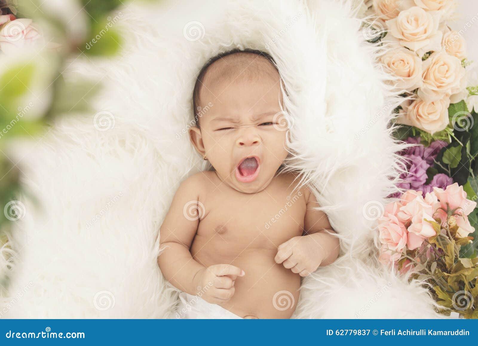 Petite sensation de bébé somnolente sur la couverture de fourrure