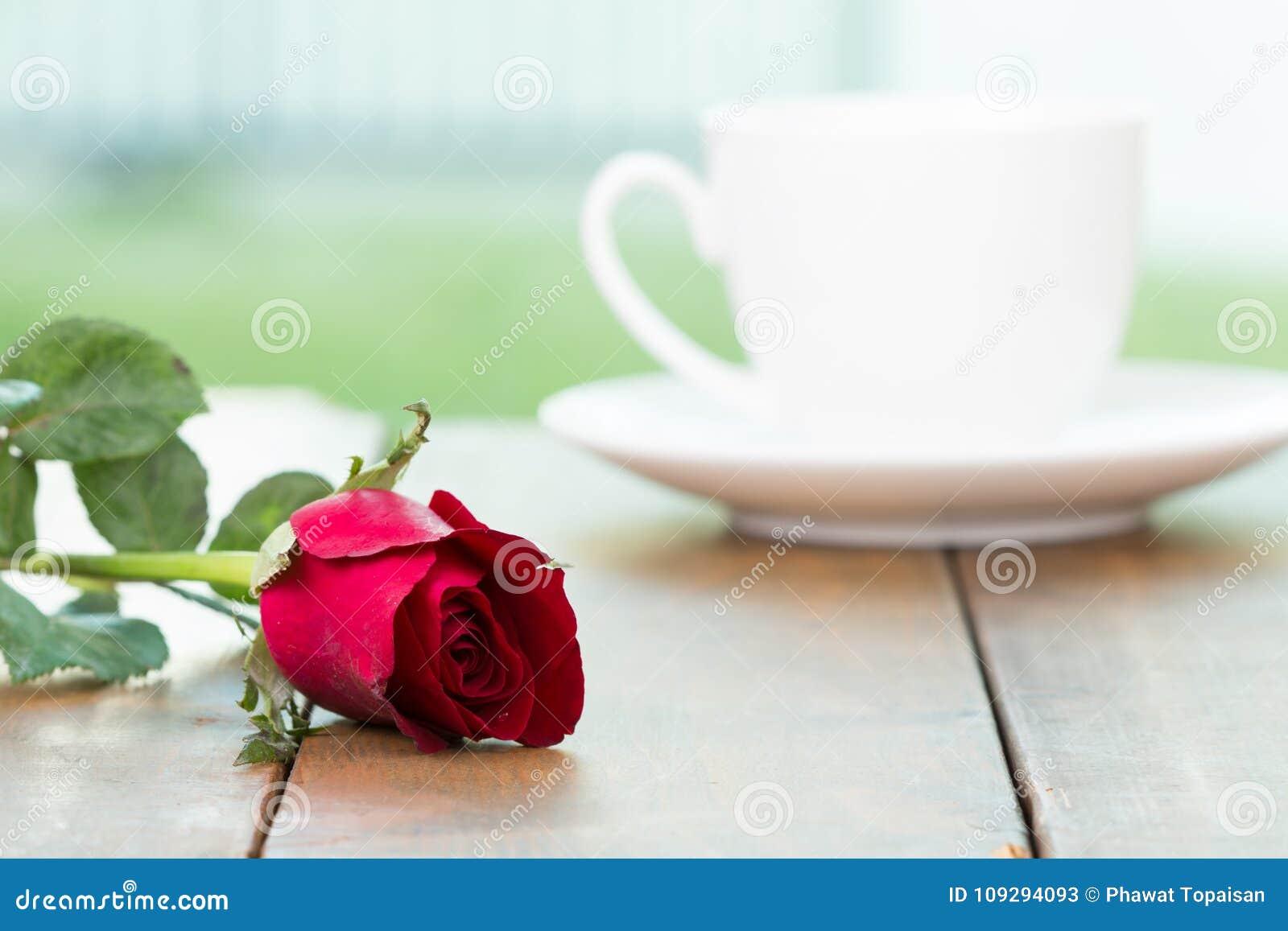 Petite Tasse De Café Blanche Mignonne Avec La Fleur De Rose De Rouge ...