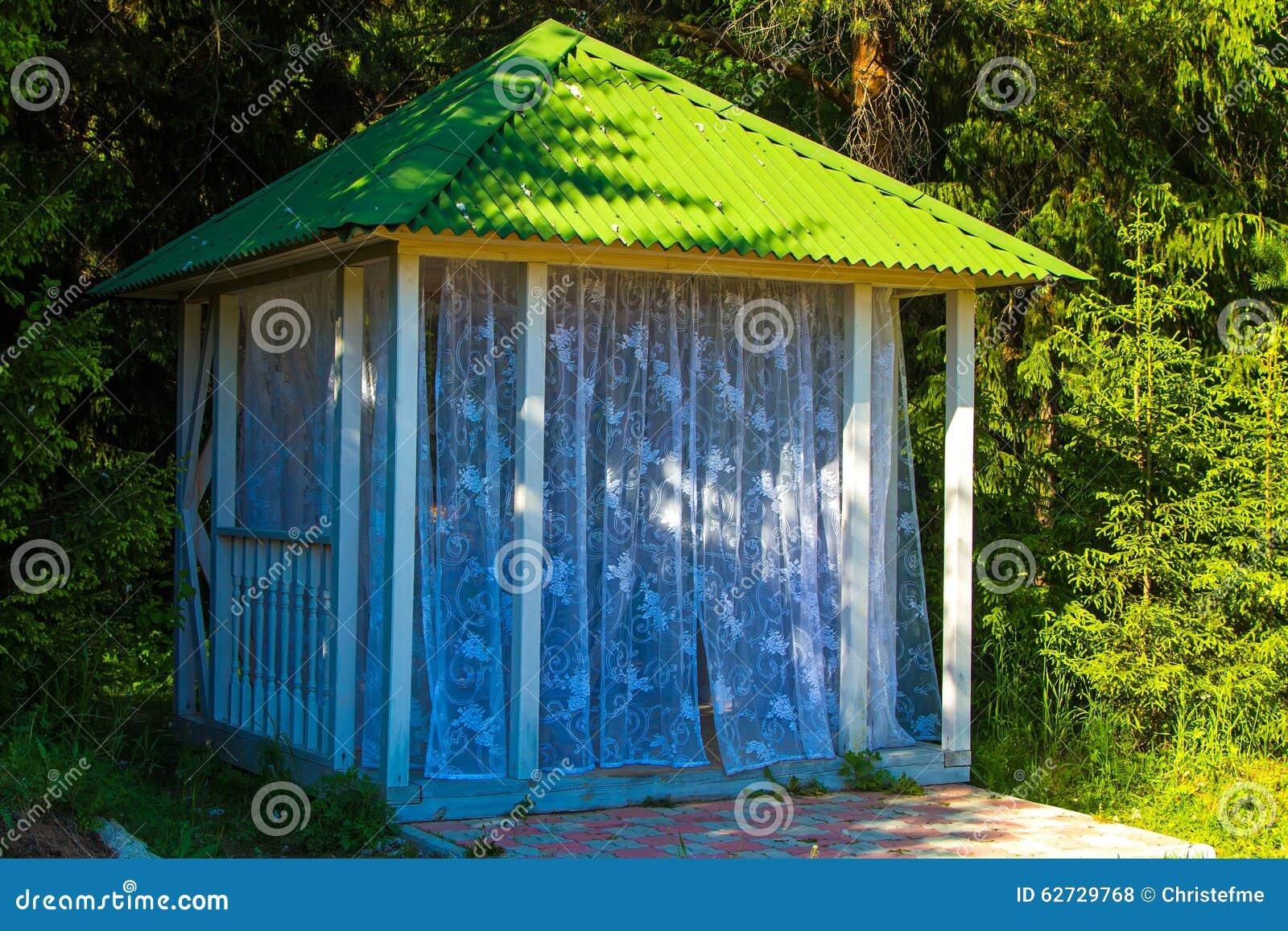 Petite tonnelle d 39 t avec des rideaux photo stock image - Petite tonnelle de jardin ...