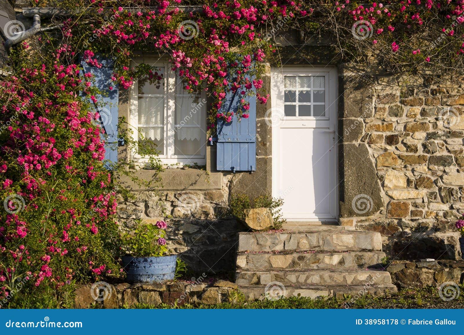 Petite vieille maison bretonne photo stock image 38958178 for Architecture bretonne traditionnelle