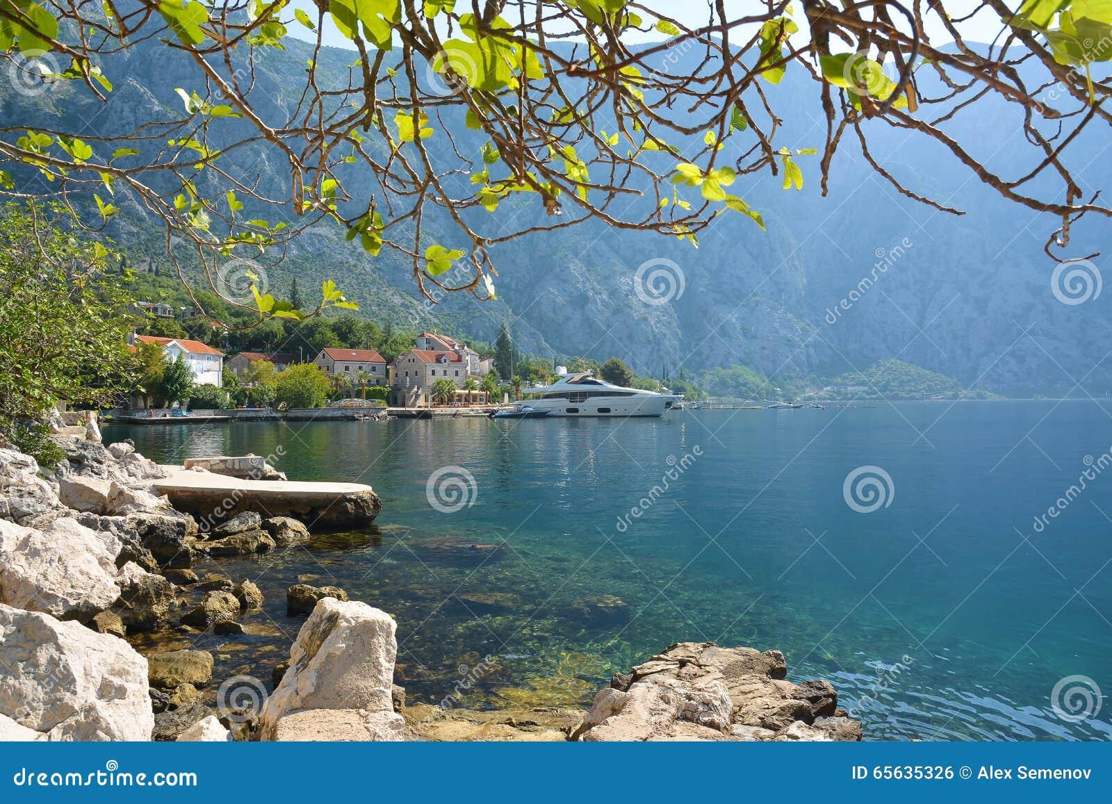 Petite ville antique Strp dans la baie de Kotor