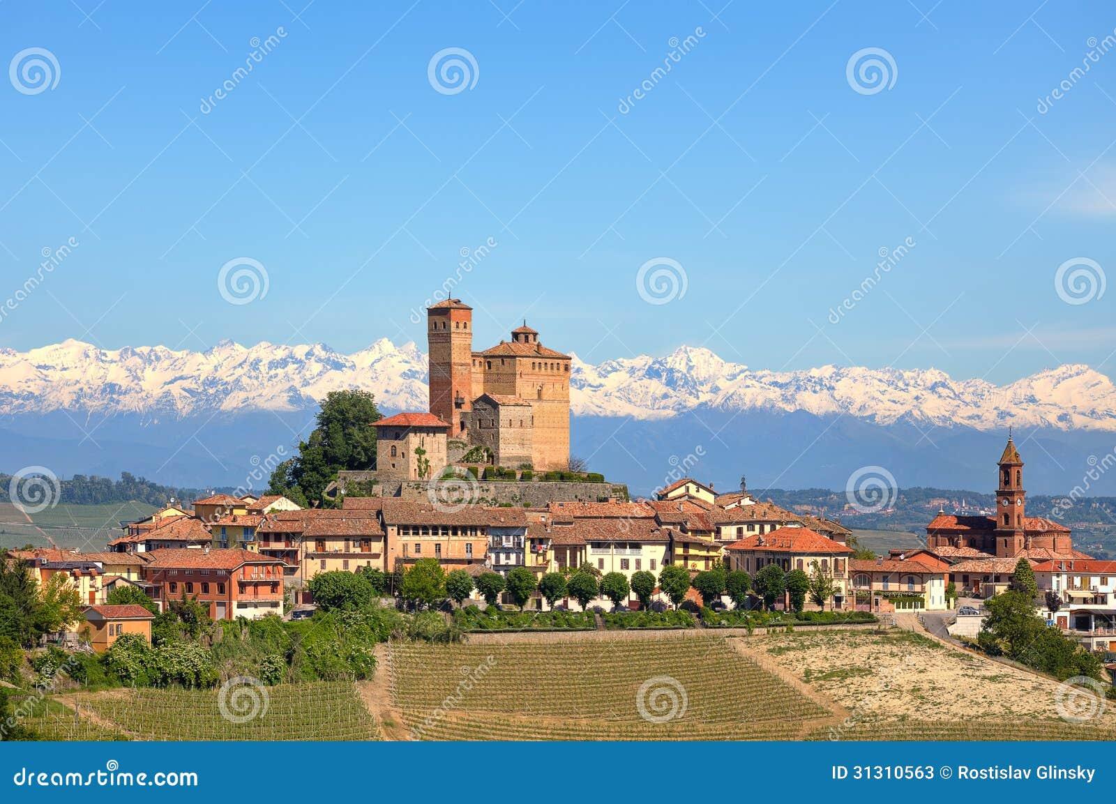 Petite ville avec le vieux ch teau sur la colline dans for Dans italien