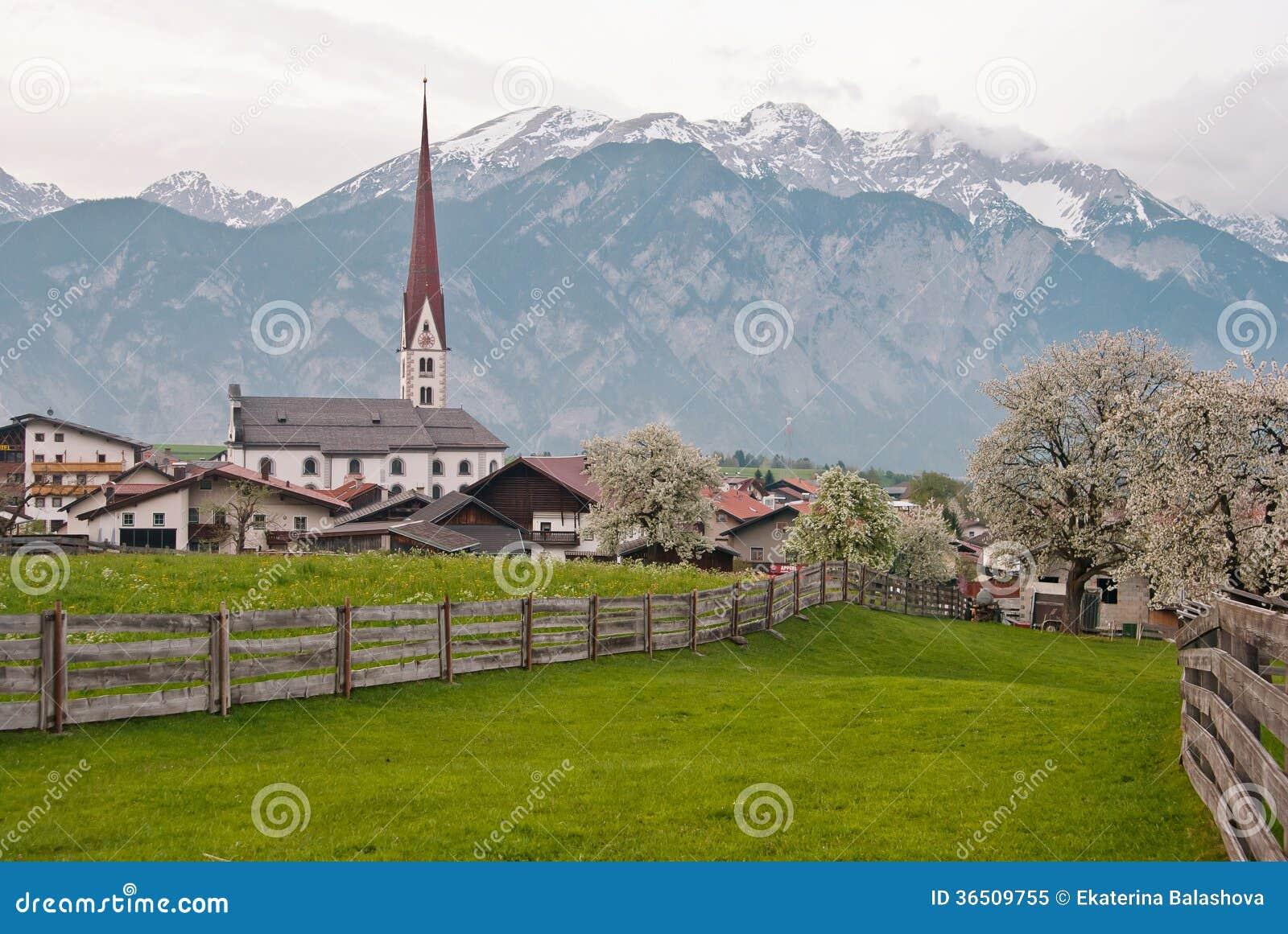 Petite ville sur le fond des montagnes