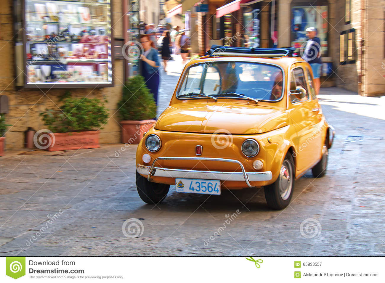 petite voiture de ville fiat 500 sur la rue en italie photographie ditorial image du italien. Black Bedroom Furniture Sets. Home Design Ideas