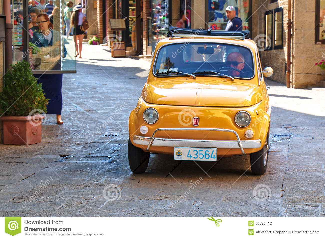 petite voiture italienne de ville fiat 500 sur la rue l 39 italie photographie ditorial image. Black Bedroom Furniture Sets. Home Design Ideas