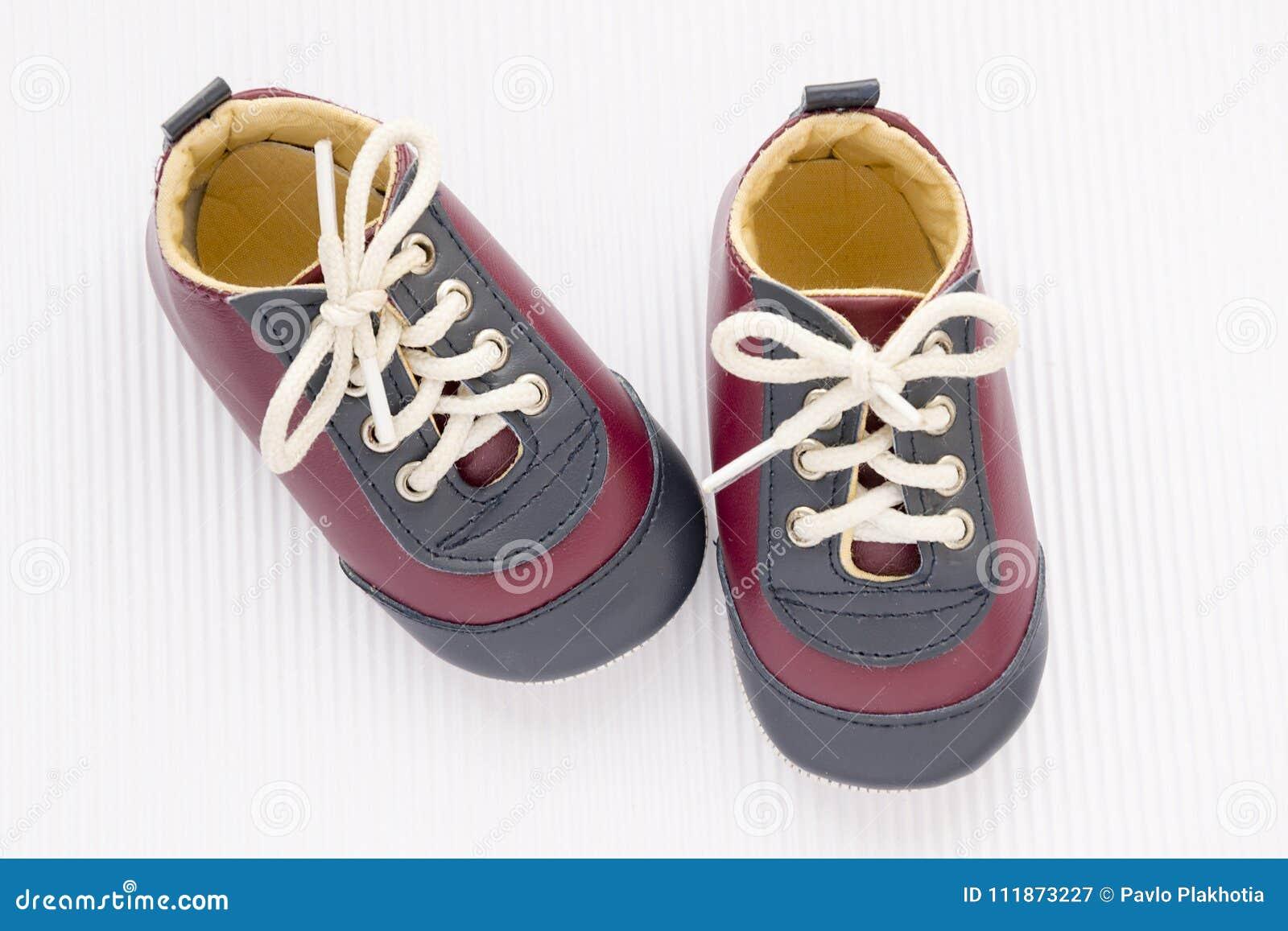 Bébé Petites Blanc Le Mignonnes En Fond Chaussures De Sur UGqMVzSp
