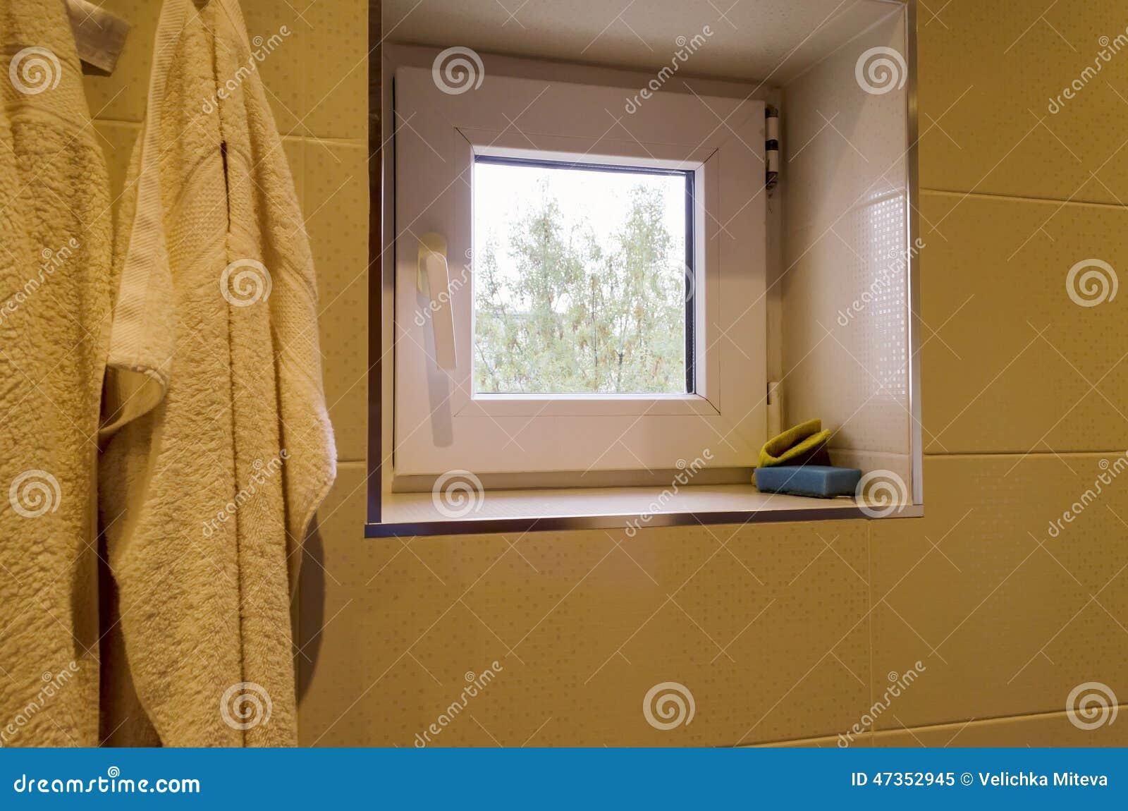Petites Fenêtres Dans La Salle De Bains Image Stock Image - Petite fenetre salle de bain