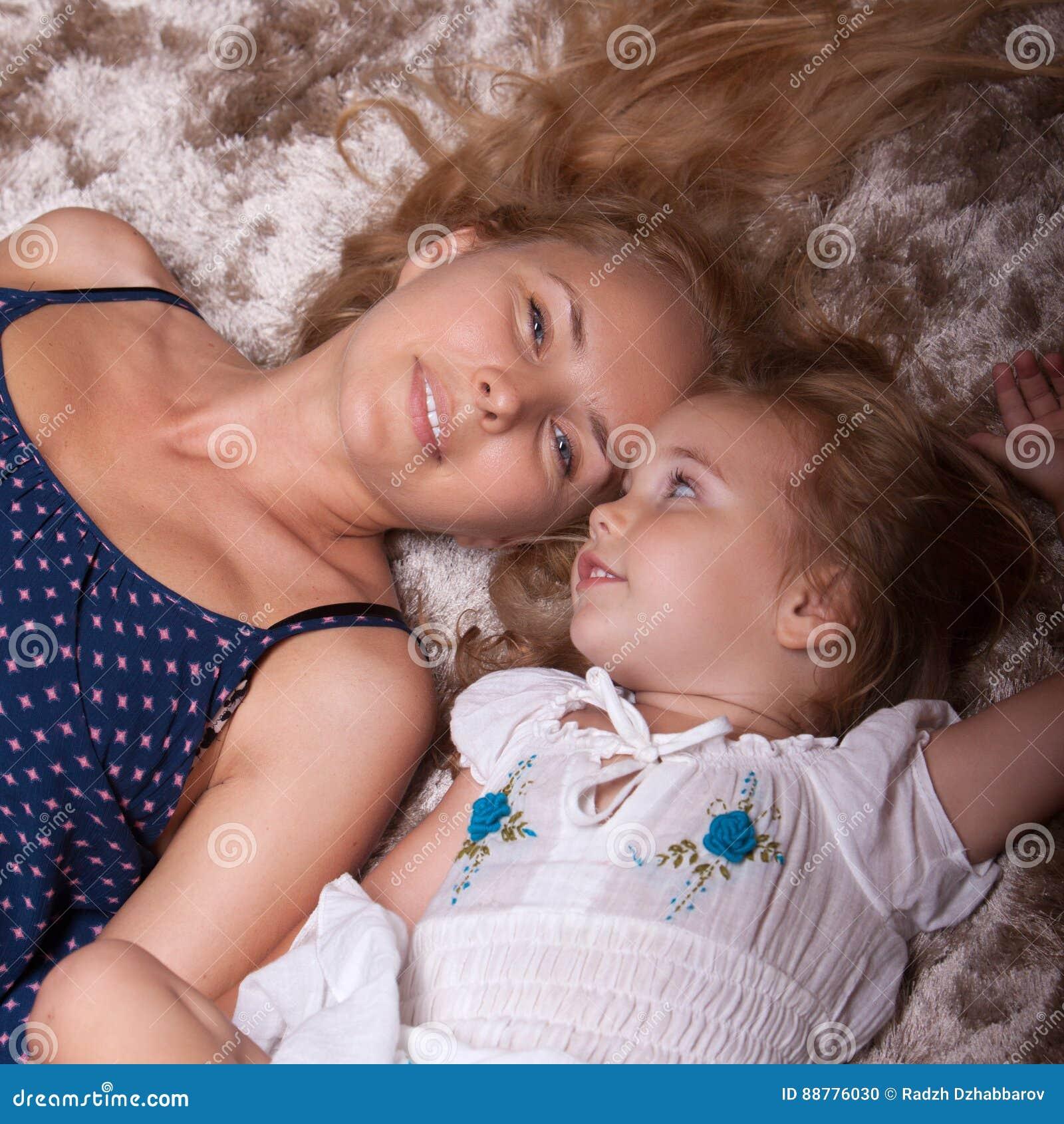 Petites fille et mère dans l appartement