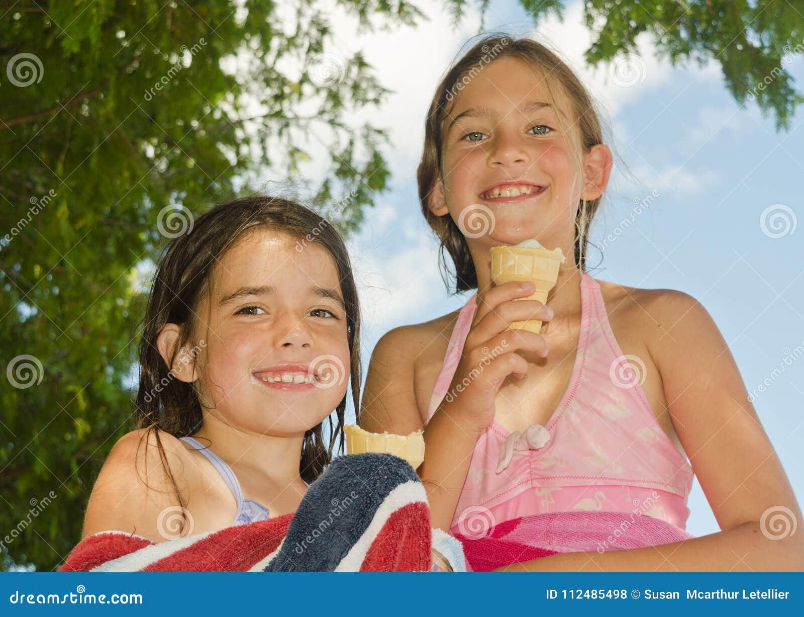 Petites filles avec cornets de crème glacée