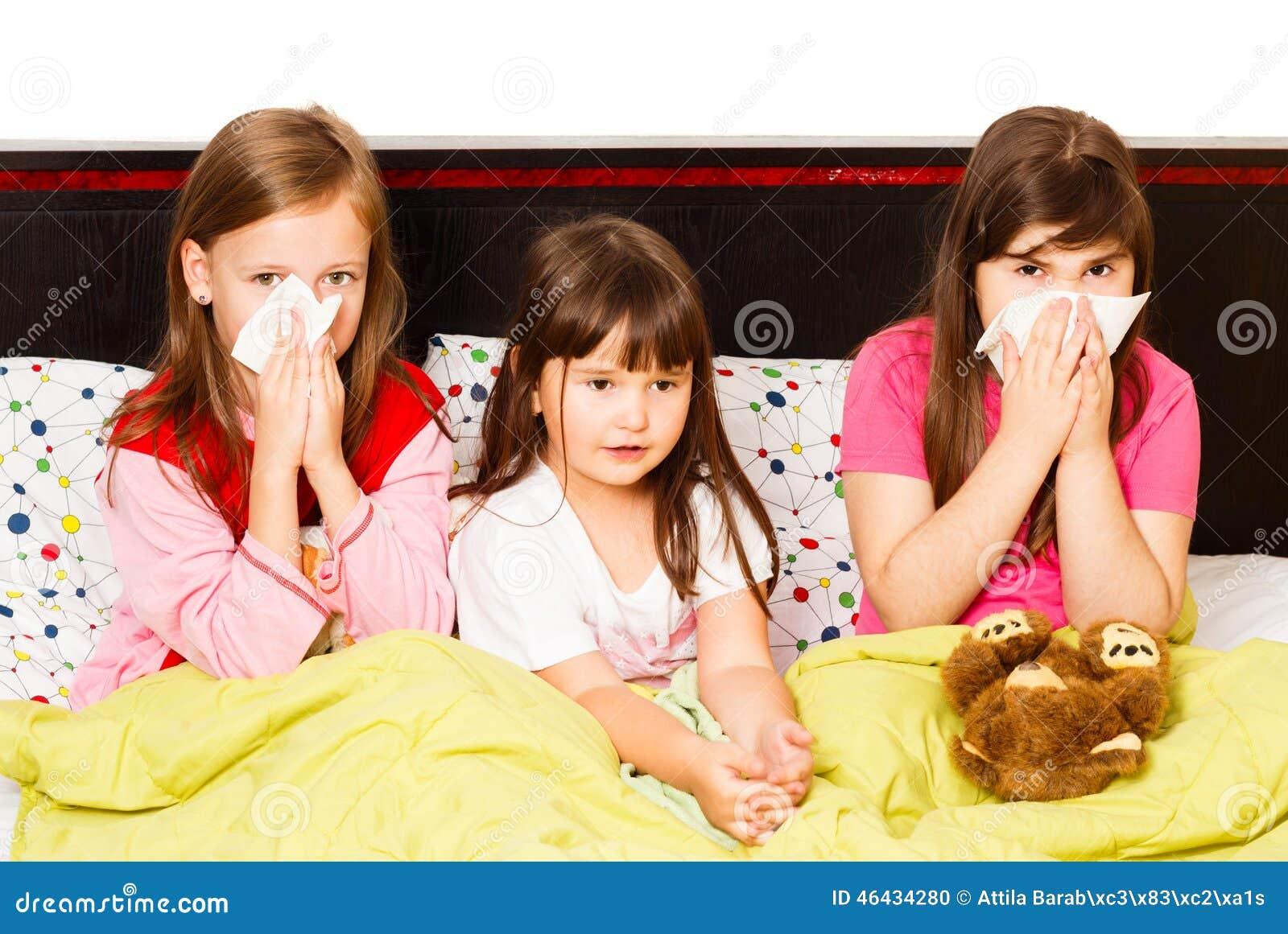 Petites filles avec la grippe