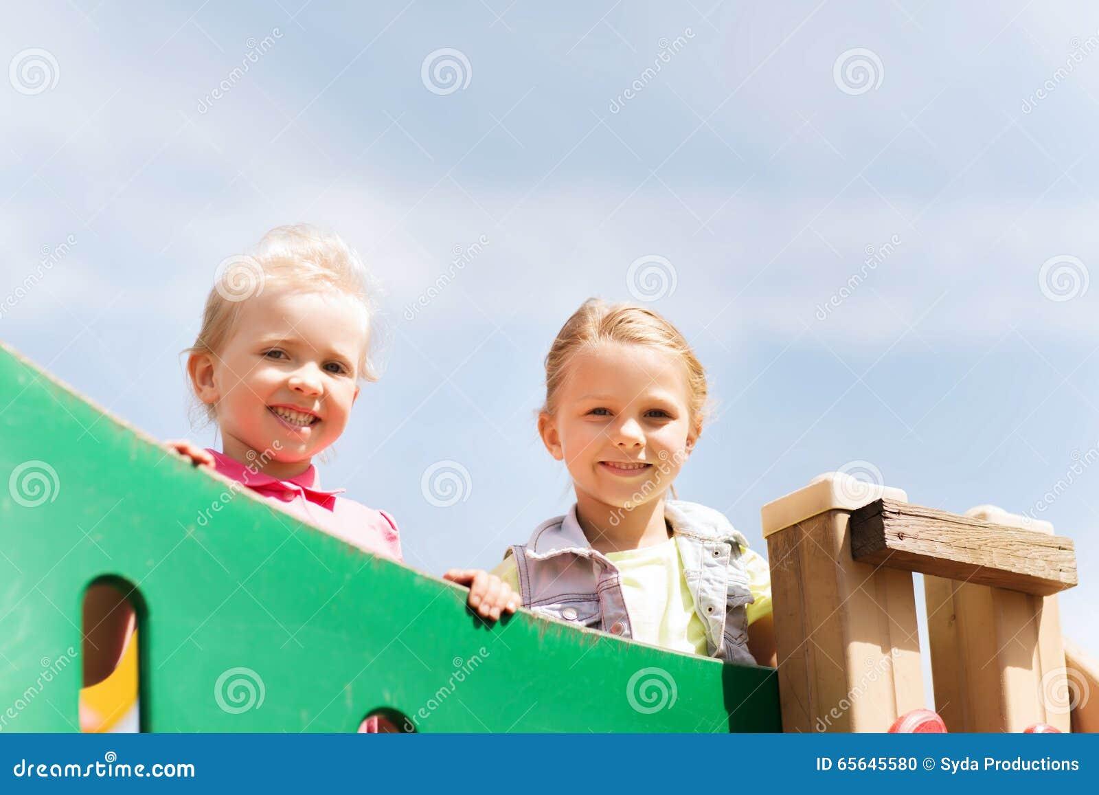 Petites filles heureuses sur le terrain de jeu d enfants