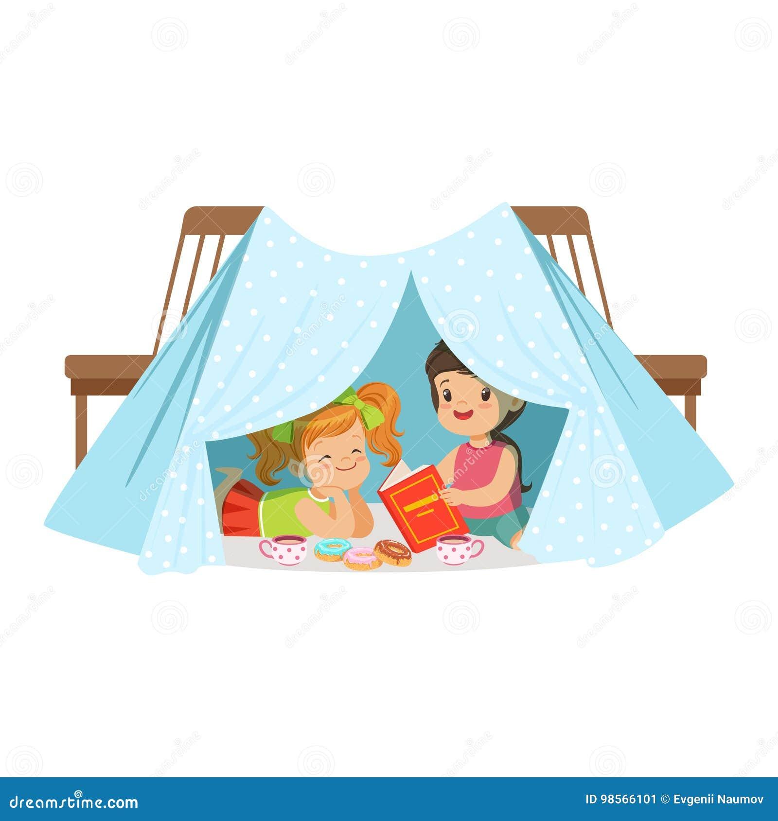 Petites Filles Mignonnes Reposant Et Lisant Un Livre Dans Un Tipi