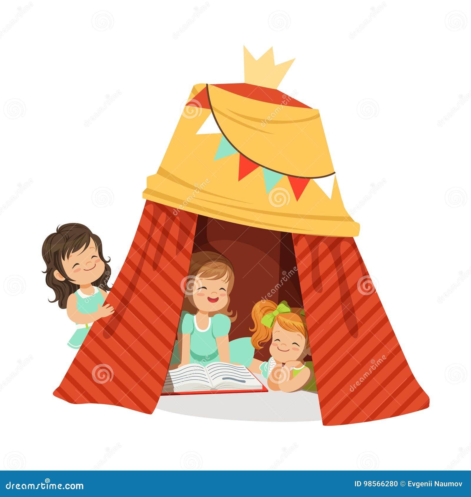 Petites Filles Mignonnes Sasseyant Dans Un Tipi Fait Maison Et