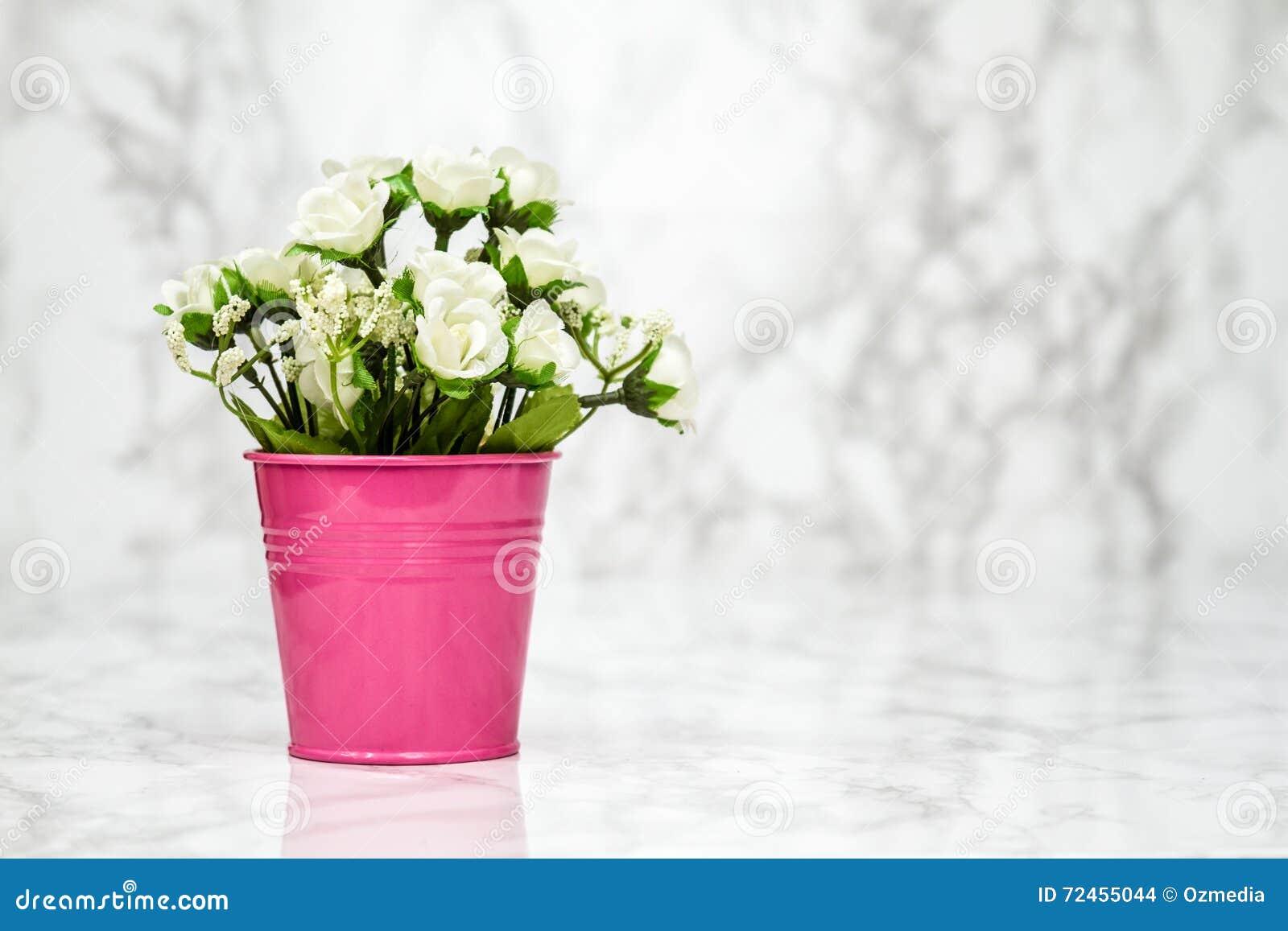 Petites Fleurs Blanches Artificielles Decoratives Dans Le Pot Rose