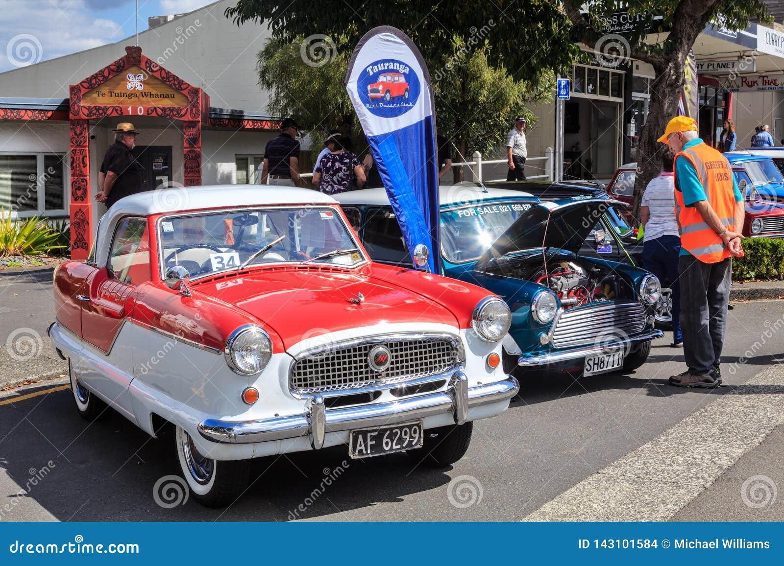 Petites voitures classiques sur l affichage à un salon automobile extérieur