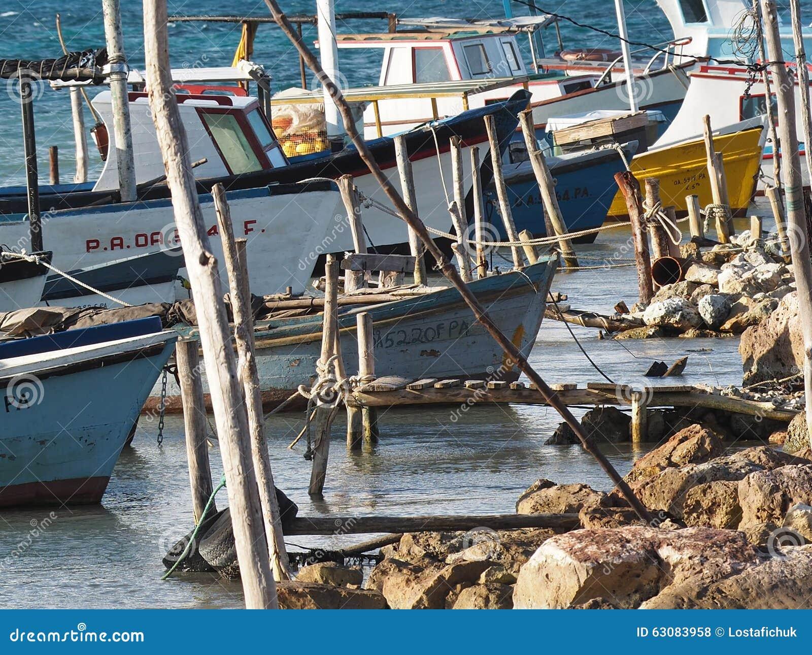 Download Petits Bateaux De Pêche Au Cuba Photo stock éditorial - Image du filets, cubain: 63083958