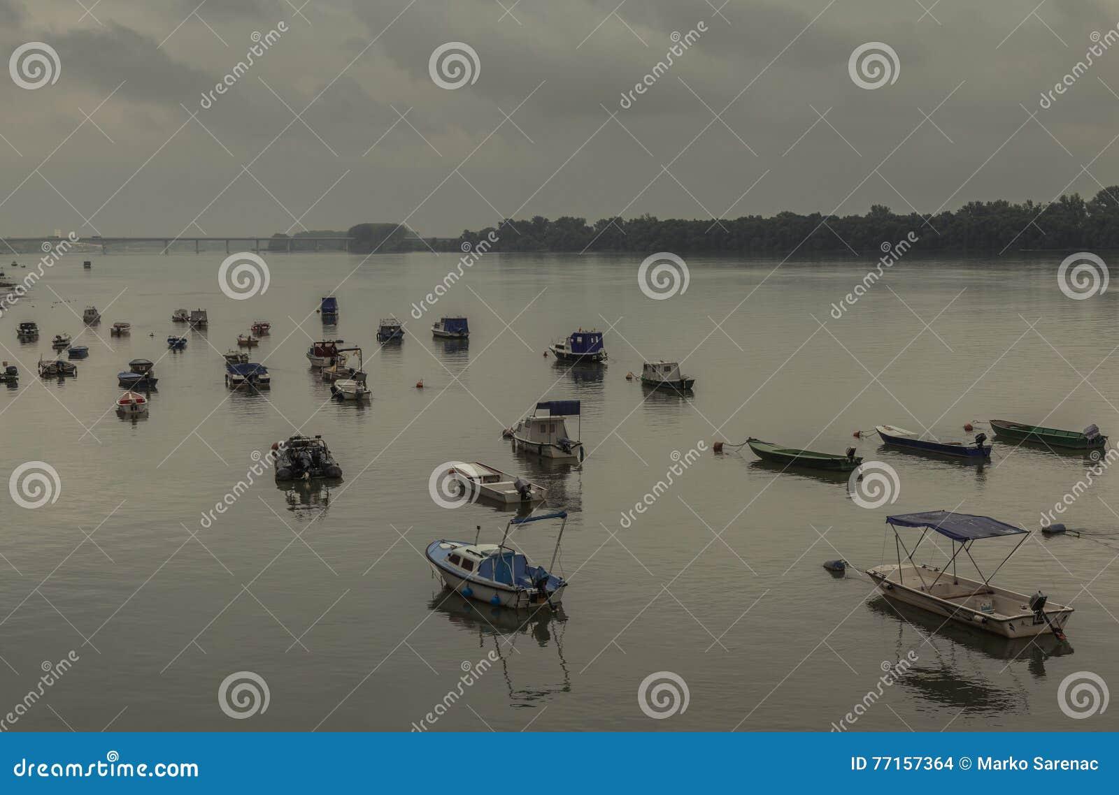 Petits bateaux de pêche, pont de Pupin