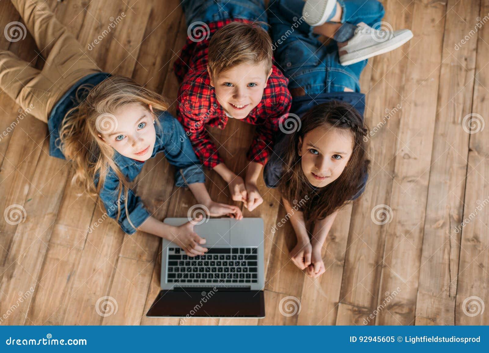 Petits enfants à l aide de l ordinateur portable numérique à la maison