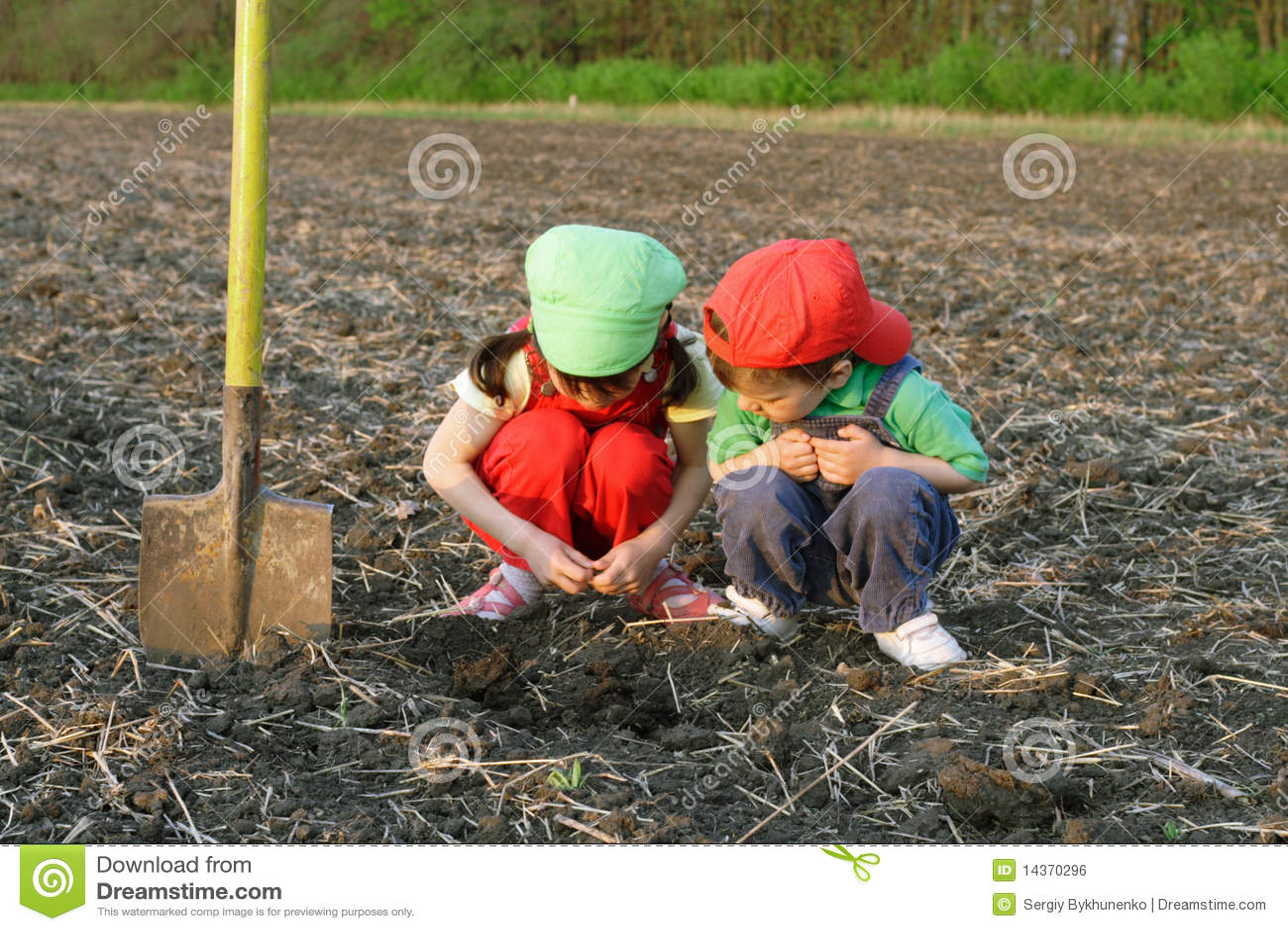 Petits enfants avec la pelle sur la zone