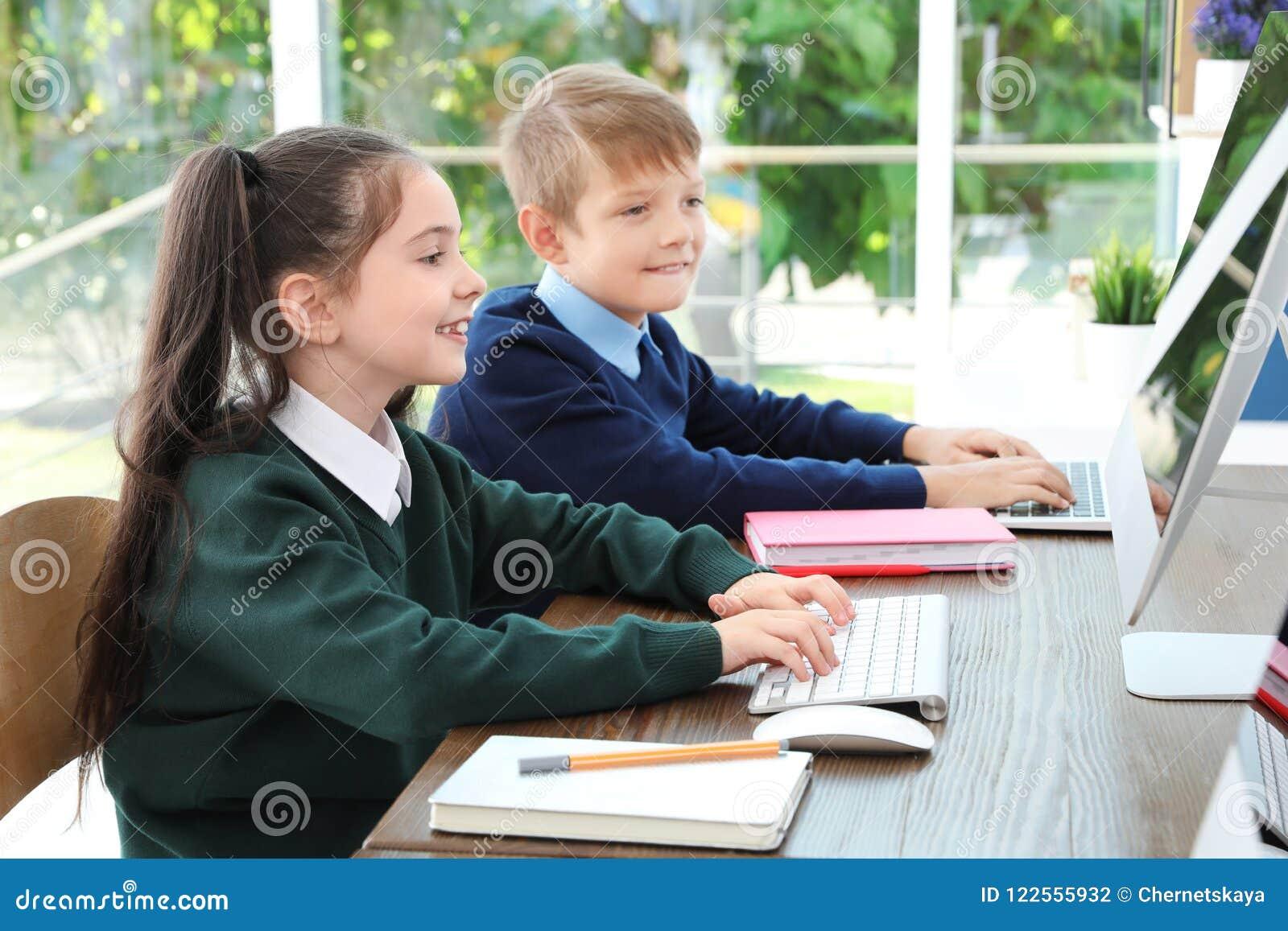 Petits enfants dans l uniforme scolaire élégant
