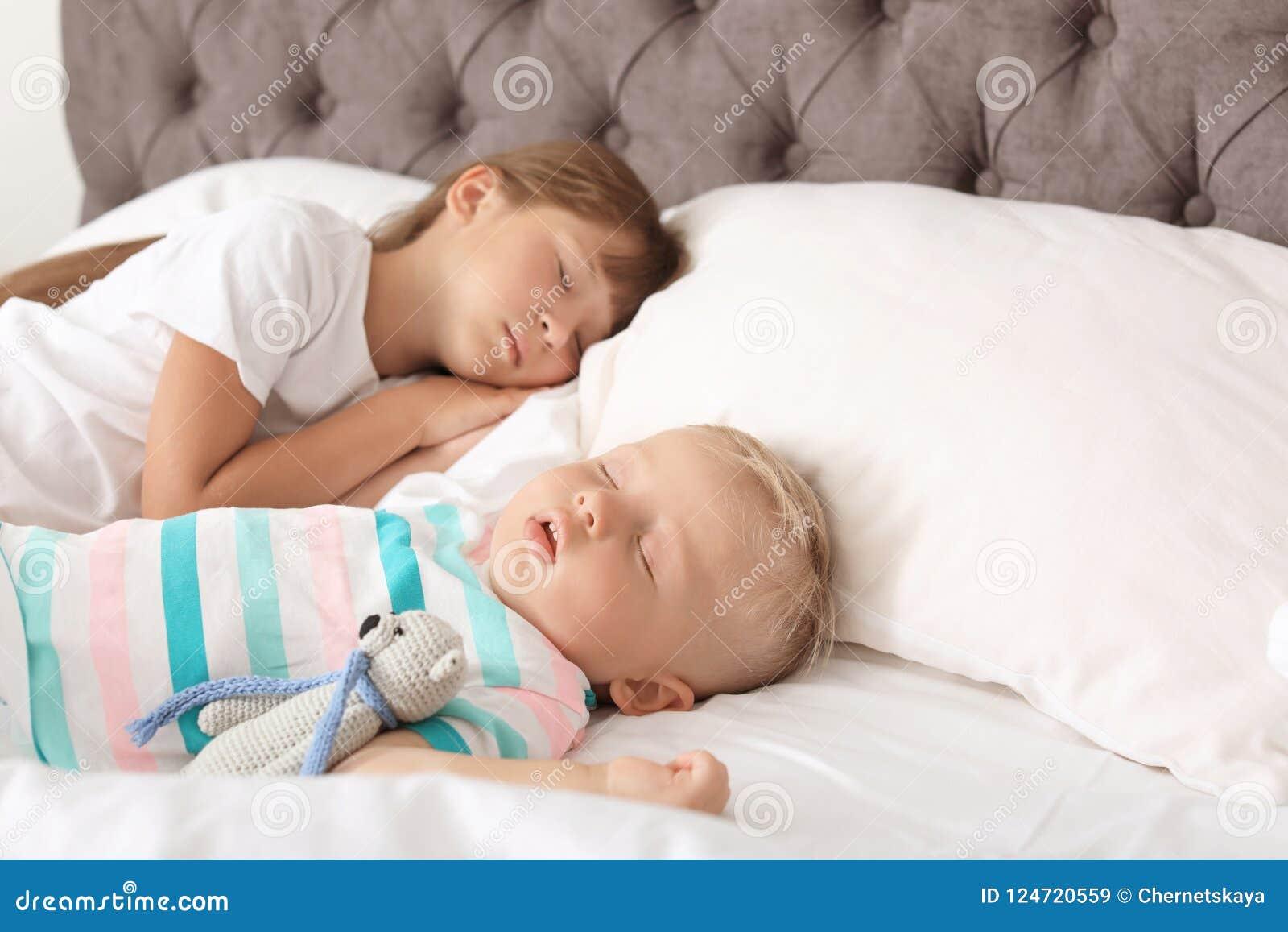 Petits enfants dormant dans le lit