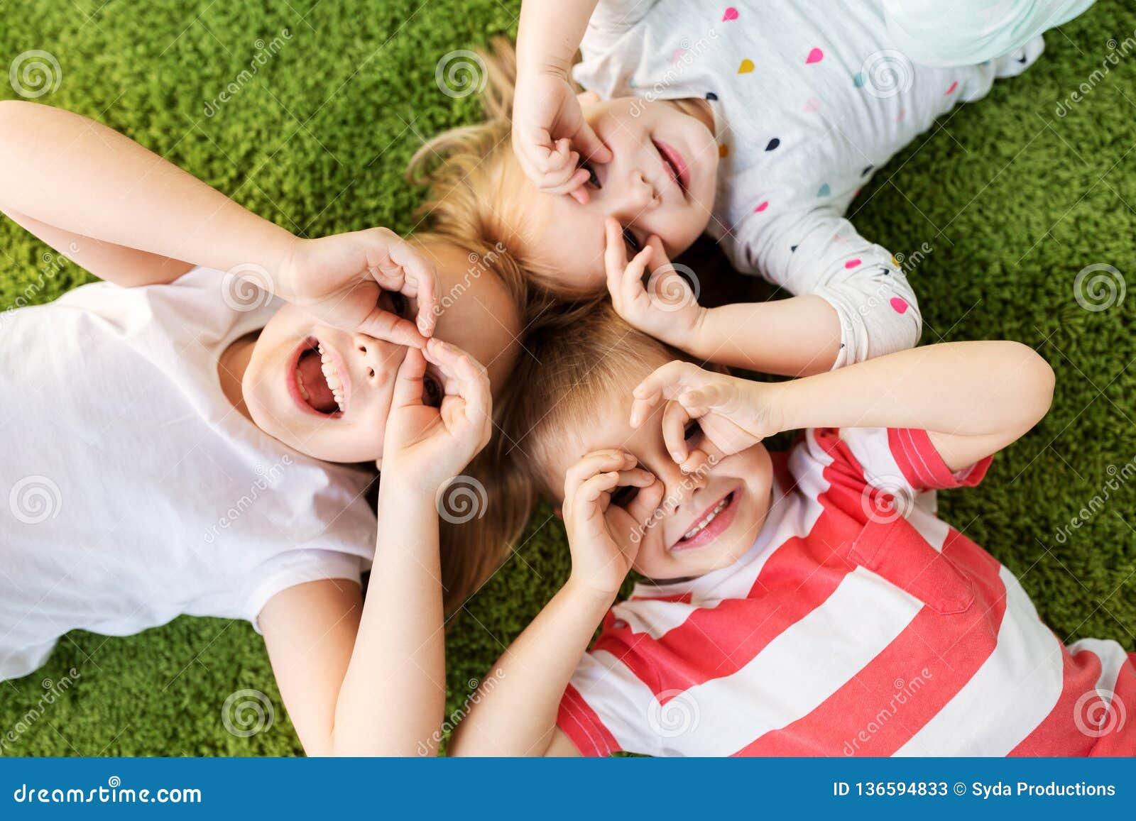 Petits enfants heureux regardant par des verres de doigt