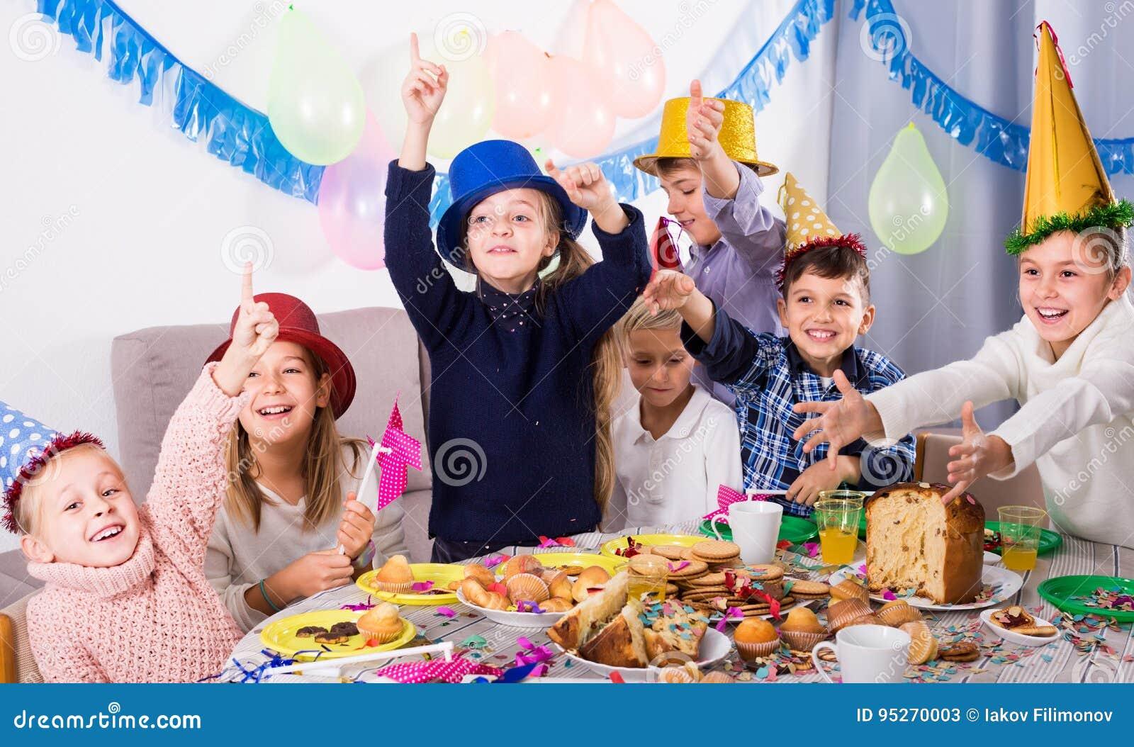 Petits enfants profitant d un agréable moment à une fête d anniversaire