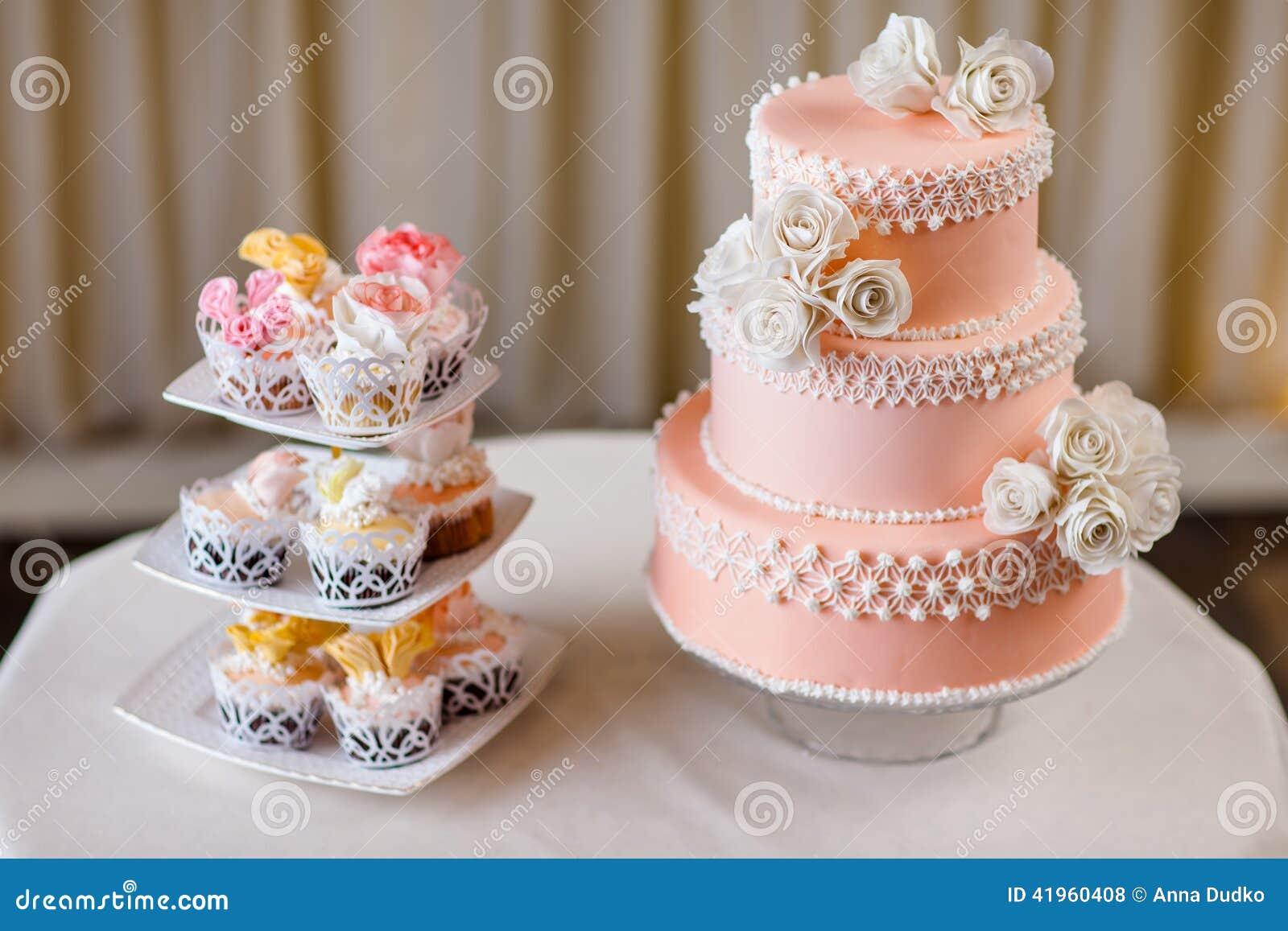 Petits g teaux avec la d coration individuelle de mariage for Decoration gateau m m s