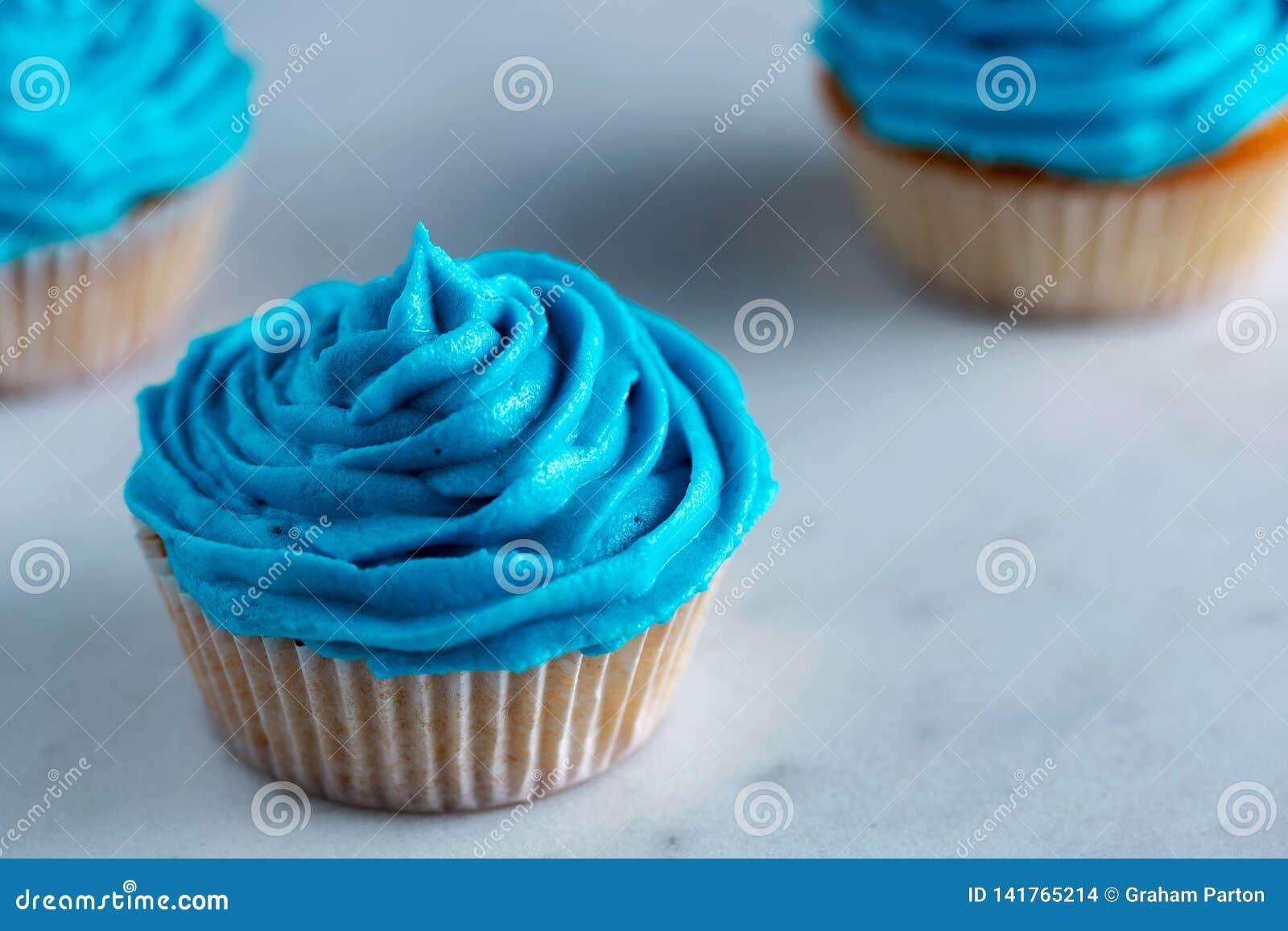 Plan De Travail Bleu petits gâteaux avec le glaçage bleu sur un plan de travail