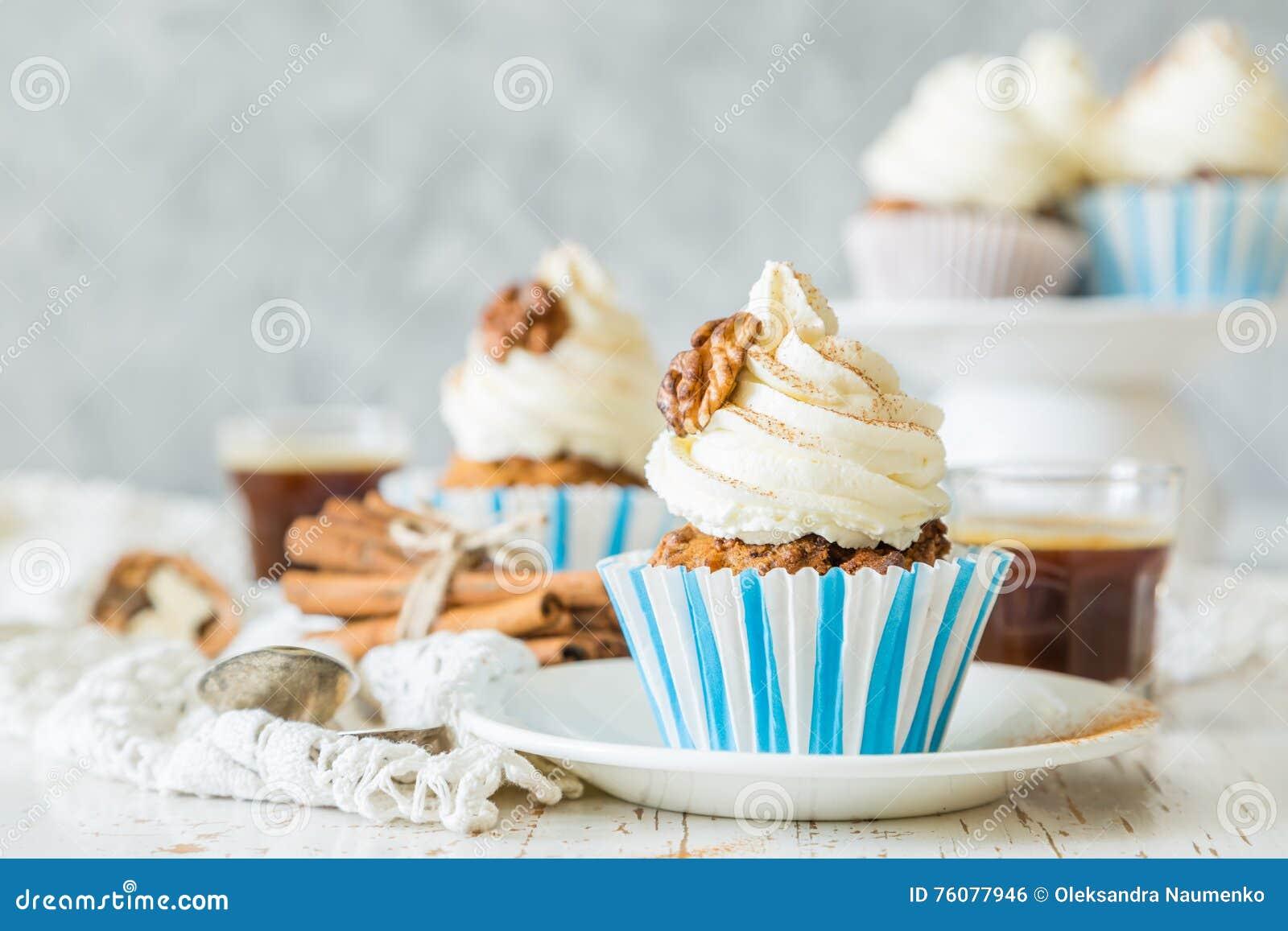 Petits gâteaux de gâteau à la carotte avec le givrage de crème de beurre