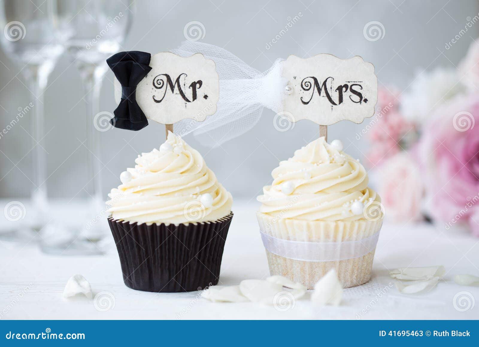 Petits gâteaux de jeunes mariés