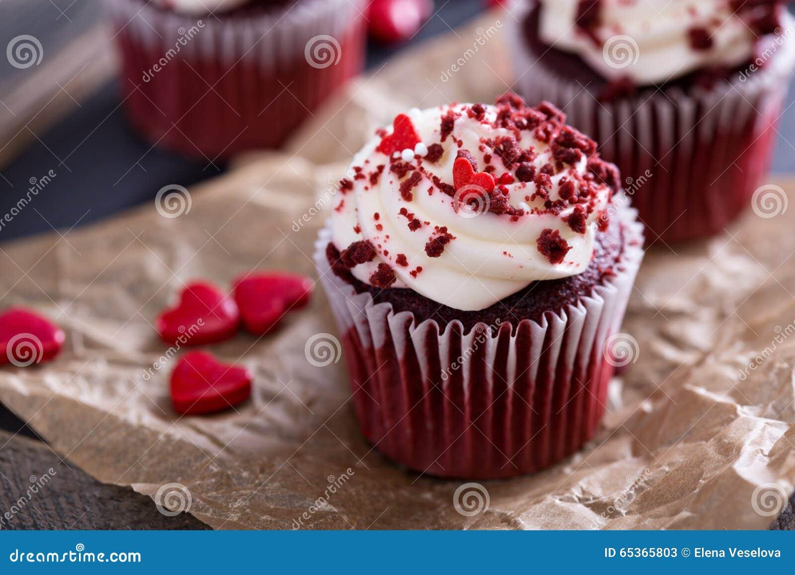 Petits gâteaux rouges de velours pour le jour de valentines