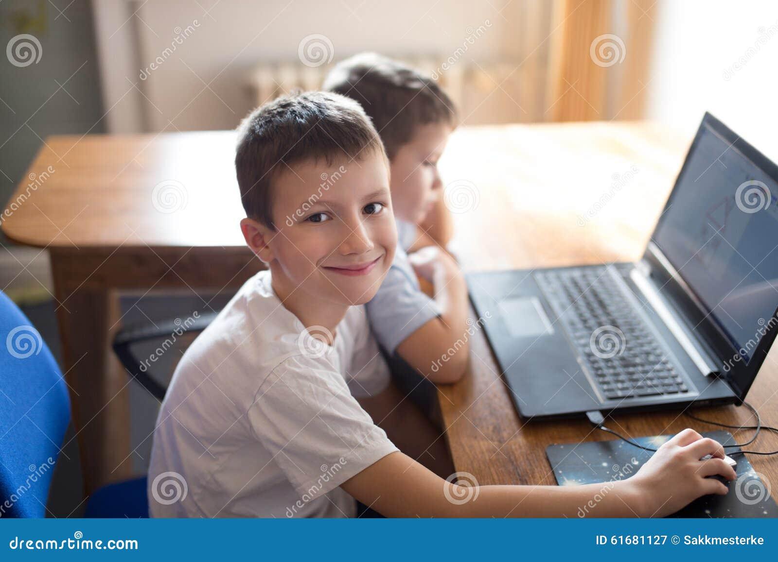 Petits garçons apprenant à l ordinateur